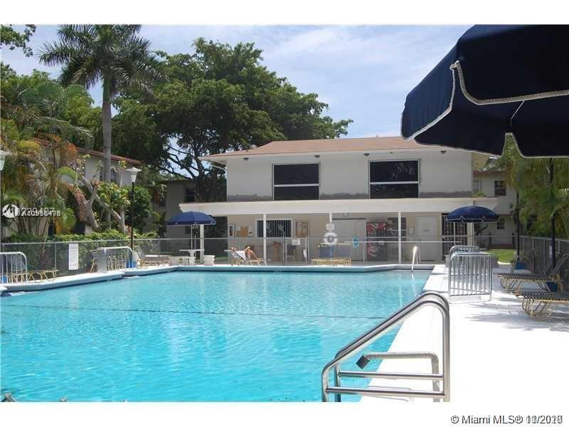 Cozy 1 Bed/1Bath in Pathway community, in the heart of South Miami, minute from Sunset Place, Sunset Elementary School. Close to University of Miami, WholeFood, Metrorail. Wood floor, new stainless steel appliances, New A/C, very large community pool, laundry facility. Rental restriction applies - can only rent after 2 years. Unit Vacant on LB