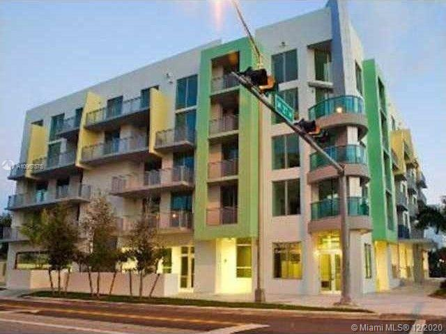 BEAUTIFUL BOUTIQUE BLDG LOCATED CLOSE TO COCONUT GROVE BUSINESS DISTRICT. LARGE PENTHOUSE 2 BEDROOMS 1.5 BATH W/LOTS OF LIGHT AND HIGH CEILINGS. MODERN KITCHEN W/STAINLESS STEEL APPLICANCES, MARBLE FLOORS, WASHER/DRYER INSIDE UNIT. POOL, GYM, ROOF TOP TERRACE AND AN ASSIGNED COVERED PARKING SPACE. CLOSE TO METRORAIL AND DOWNTOWN MIAMI. WELL MAINTAINED UNIT AND READY TO MOVE IN.