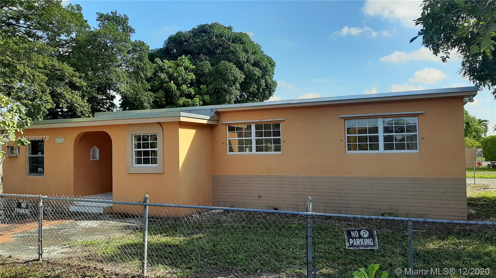4/2 HOME. GREAT LOCATION. PROPERTY HAS A LARGE SHED WITH PERMITS. IDEAL FOR INVESTOR, OR FIRST TIME HOME BUYER. NEW ROOF. PROPERTY SOLD AS IS. PRICED TO SELL.