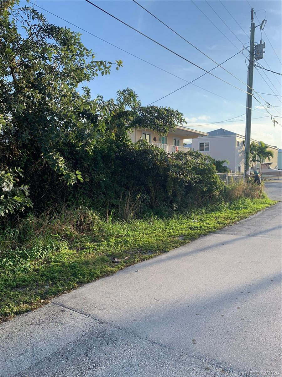 2600 sq. ft buildable lot in desirable Key Largo Park near mile marker 100. Located in Orange Street one lot from the adjacent corner lot. See pictures. Water, Sewer, Power on road in front of lot. 
