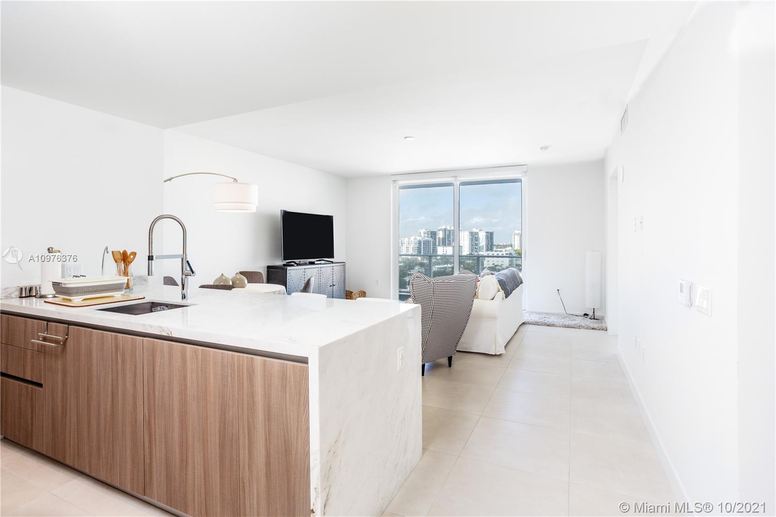 GALE RESIDENCES, BEAUTIFUL UNIT 1 BEDROOM, 1 BATHROOM PLUS DEN. UNIQUE LOCATION ONE BLOCK FROM THE BEACH. AMAZING COST BENEFIT FOR THIS UNIT WITH NO RENTAL RESTRICTIONS.