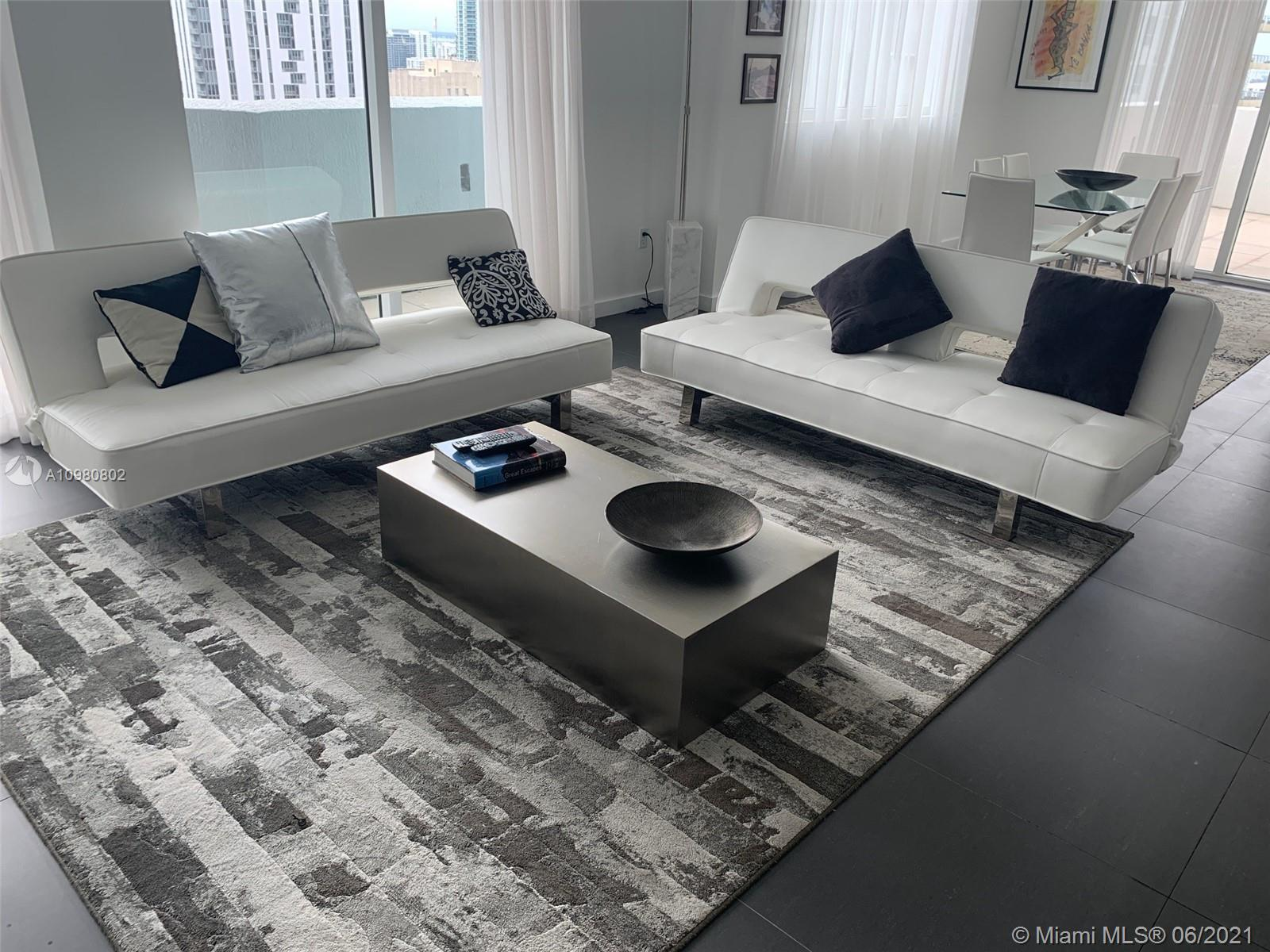 Investment opportunity!!! Spacious corner unit fully furnished at the prestigious Vizcayne, in Downtown of Miami. Priced to sale, don't miss this opportunity to buy this beautiful apartment as your second home or investment property.