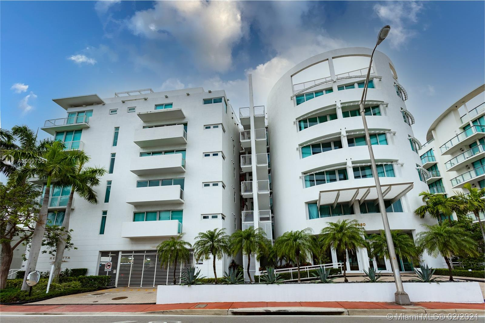 Beautiful unit located in the Intercoastal. Water and city views. Building offers 24 hours concierge, gated parking, garage, pool and hot tub, sauna, gym. The association offers docks for rent. This 2 bedrooms and 2 baths has porcelain floors, washer and dryer, modern kitchen with quartz countertops. Walking distance to the beach and close to restaurants and shopping.