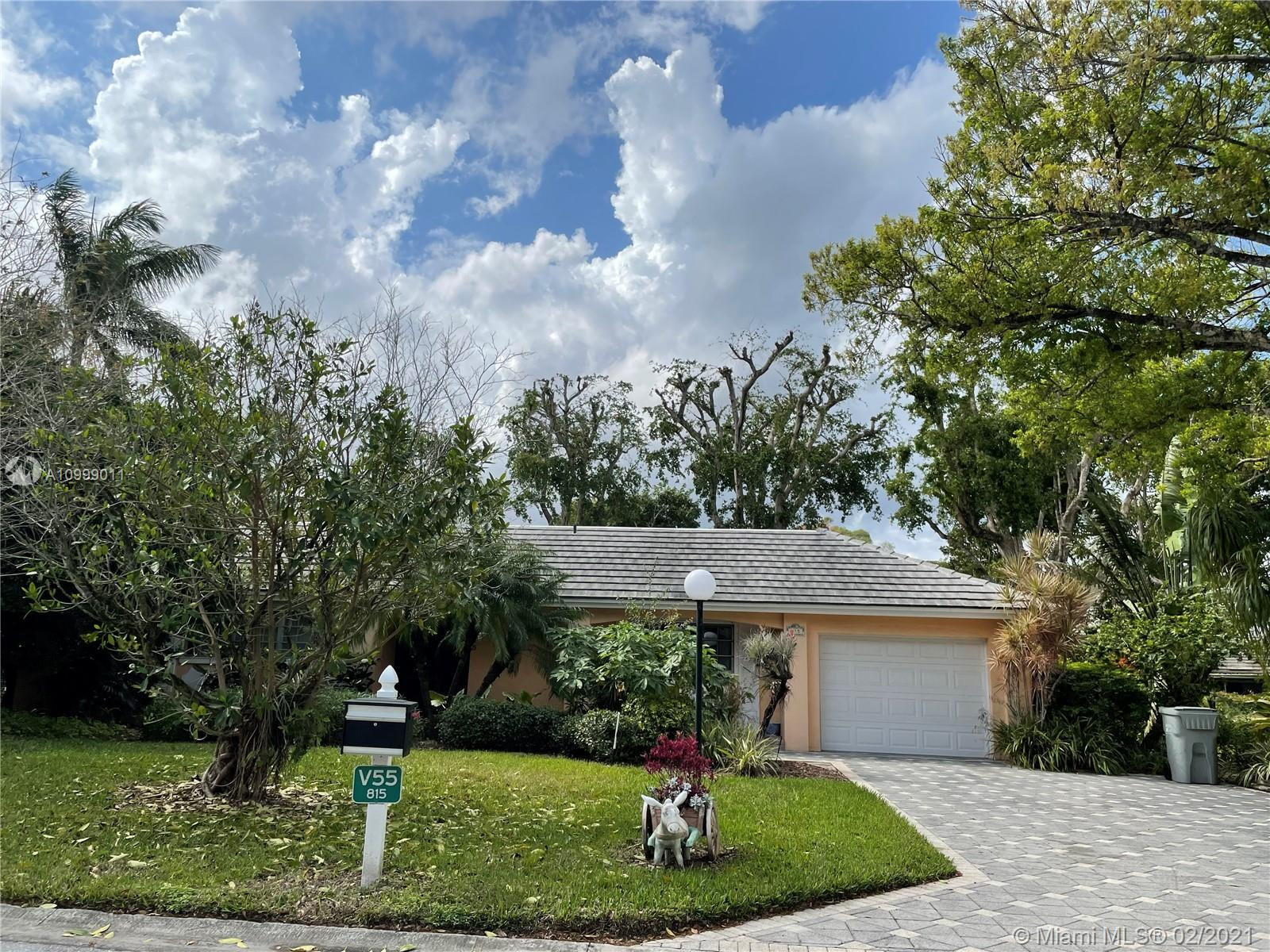 Beautiful Villa in Palm Aire Country Club. 3 bedrooms and 3 bathrooms, update kitchen, one car garage. Property comes with a generator, garden view. Property is very well located near shops, restaurants, main highways and 6 miles form the beaches. Condo requires 20% down and 720 minimum credit score.