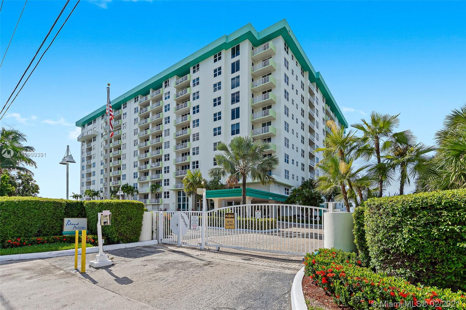 1/1 Best priced unit at island pointe, Live the bay harbor island lifestyle, Unit features, tile floors throughout, large kitchen, Washer and dryer , Nice balcony overlooking Bay Harbor and partial  Bay view ,  24 hour  doorman, pool, gym..  Need 24 hour notice !