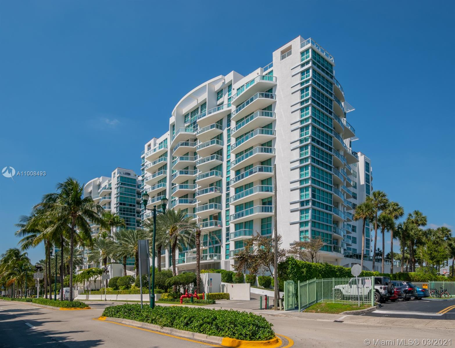Spectacular 2 story unit with balcony in the prestigious Aventura. It's a spacious home in a building. This unit will provide you a house living sensation. 3 bed/3 1/2 bath, large open dinning and living spaces, high ceiling, open gourmet kitchen, stainless steel appliances, 2 parking spaces, amenities include pool, playground, fitness center, bike storage, valet parking and more. Near best schools, Aventura Mall, Restaurants, parks and beaches. Come to see it!!!!