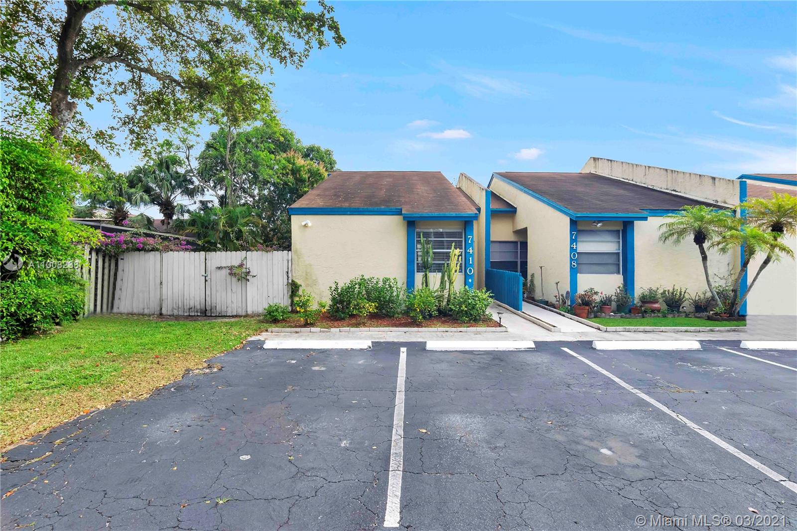 NICE, SPACIOUS, 2 BED/2 BATH SPLIT BEDROOM VILLA. HIGH CEILINGS. ROOMY BEDROOMS, LARGE FAMILY AREA. LOTS OF STORAGE: ATTIC, PANTRY CLOSET, LINEN CLOSET, MASTER BEDROOM WALK IN CLOSET. NICE MAINTAINED COMMUNITY. LOW HOA FEES. FHA APPROVED. CLOSE TO SHOPPING, RESTAURANTS AND MAJOR ROADS. THIS WON'T LAST!