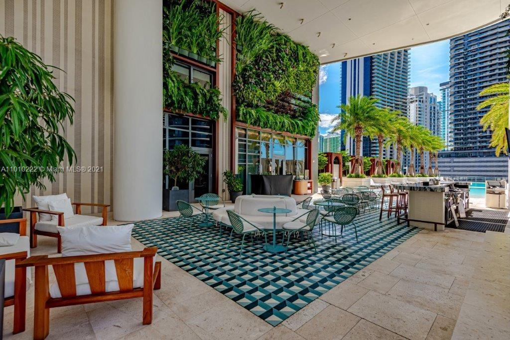 LPH5609 is one of the few penthouses currently available. Enjoy the private elevator to your unit (no long hallways). This unit has double high ceilings, amazing northwest and sunset views. The location is conveniently located walking distance to upscale shops and restaurants.