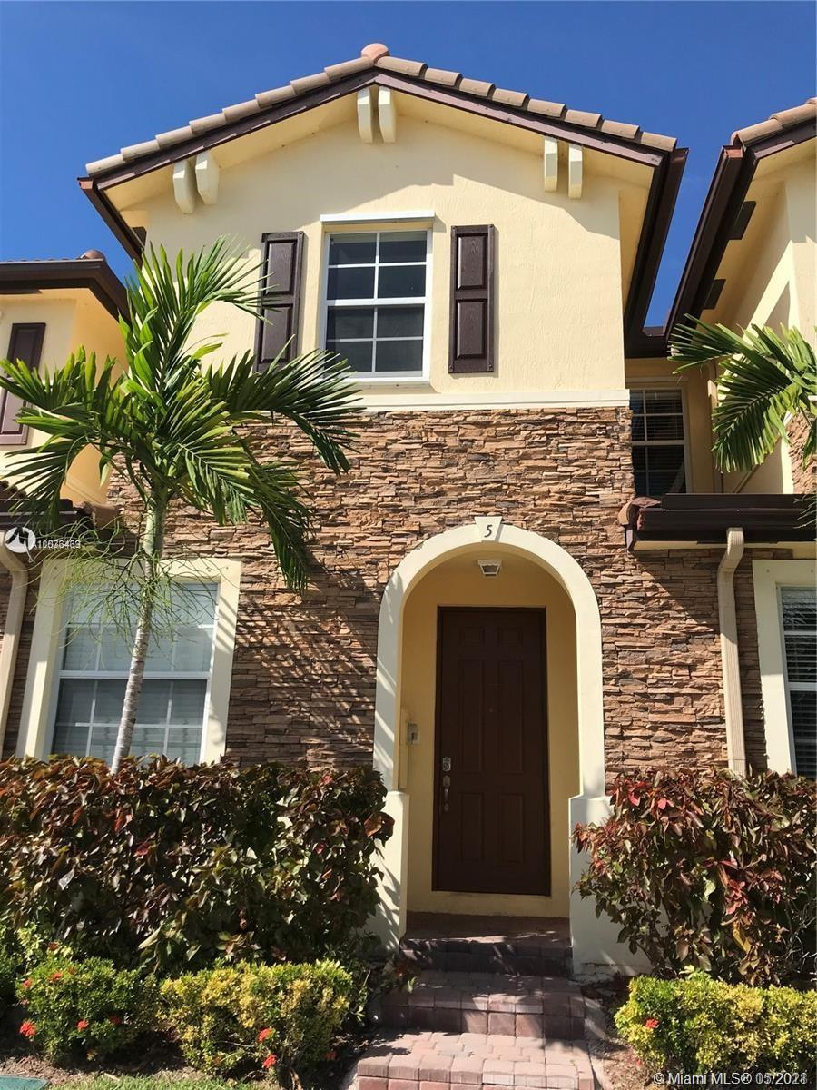 Great townhouse 3/2.5, ready to move in to a gret community,  amazing CLub house, with stunning pool, gym and bussiness center, owner will lease the property to January 2022, and then they can close,  CLosing must be in 2022.