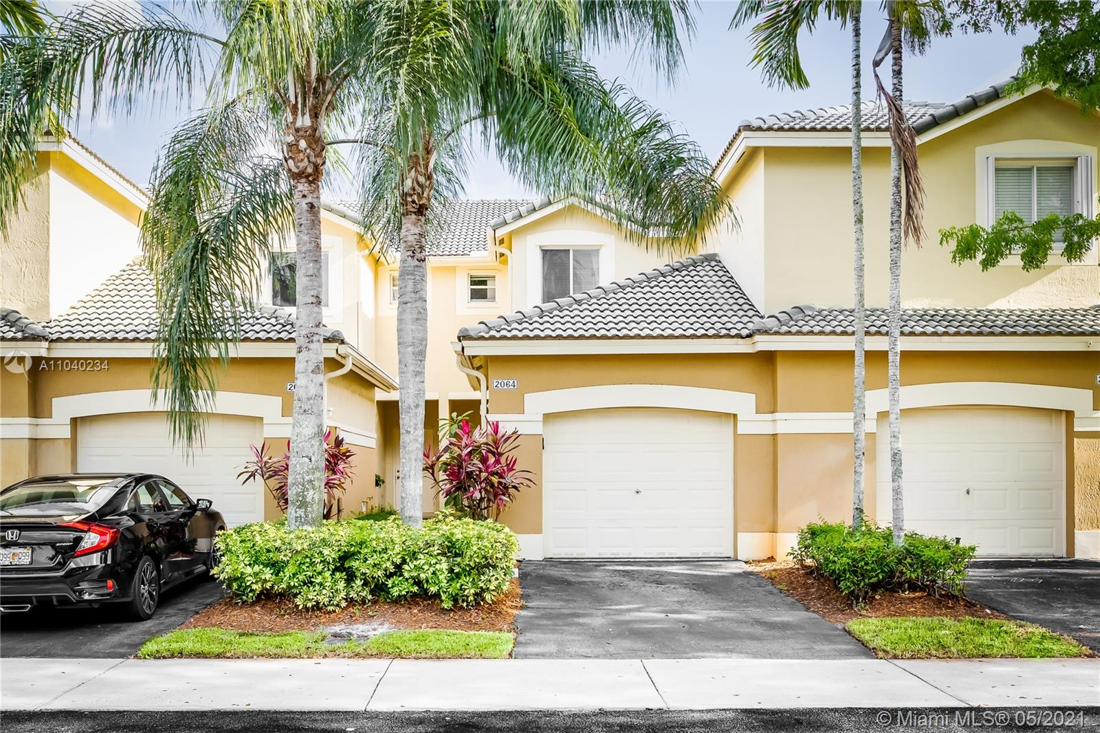 Beautiful townhouse in San Mateo in Weston. Biggest 2 bed, 2.5 baths model, oversized master bedroom, laundry inside AC area, laminated floors and carpet. Awesome gated community, amazing schools, great location very close to I-75 and Route 27. It wont last!