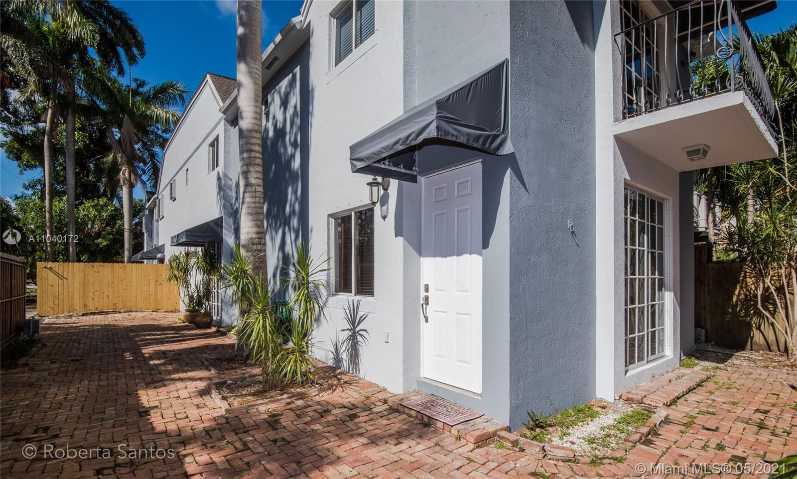 Lovely 3 bedroom townhouse with split floor plan on the second floor. Remodeled kitchen with stailess steel appliances. Excellent location: quiet street with walkable distance to Blance park, shopping at new Coco walk area, nice restaurantes, the heart of  Coconut Grove. This townhouse is a must see.