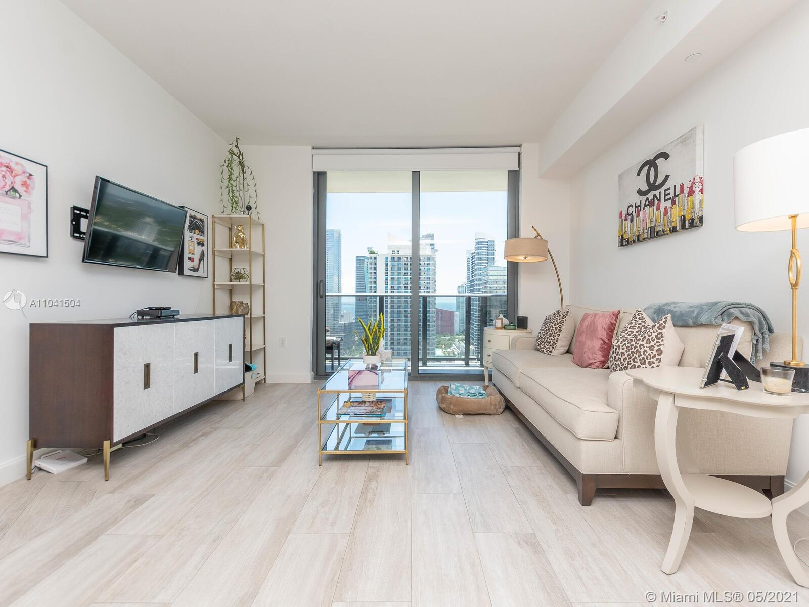 Beautiful and Spacious 1 Bed+DEN and 2 full baths in Brickell Heights Condo, Fantastic view, floor- to-ceiling sliding glass doors, custom ItalKraft kitchen, modern bathrooms have floating vessel white ceramic sinks with Quartz counter tops. 3 POOLS IN THE BUILDING: roof top pool +7 floor Pool +gym pool, Aquitectonica design, surrounded by the best restaurants and Brickell shopping center, residents lounge, kids room, media room (cinema).