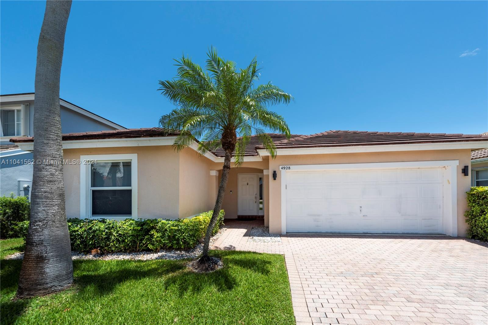 4928 SW 33rd Way  For Sale A11041562, FL