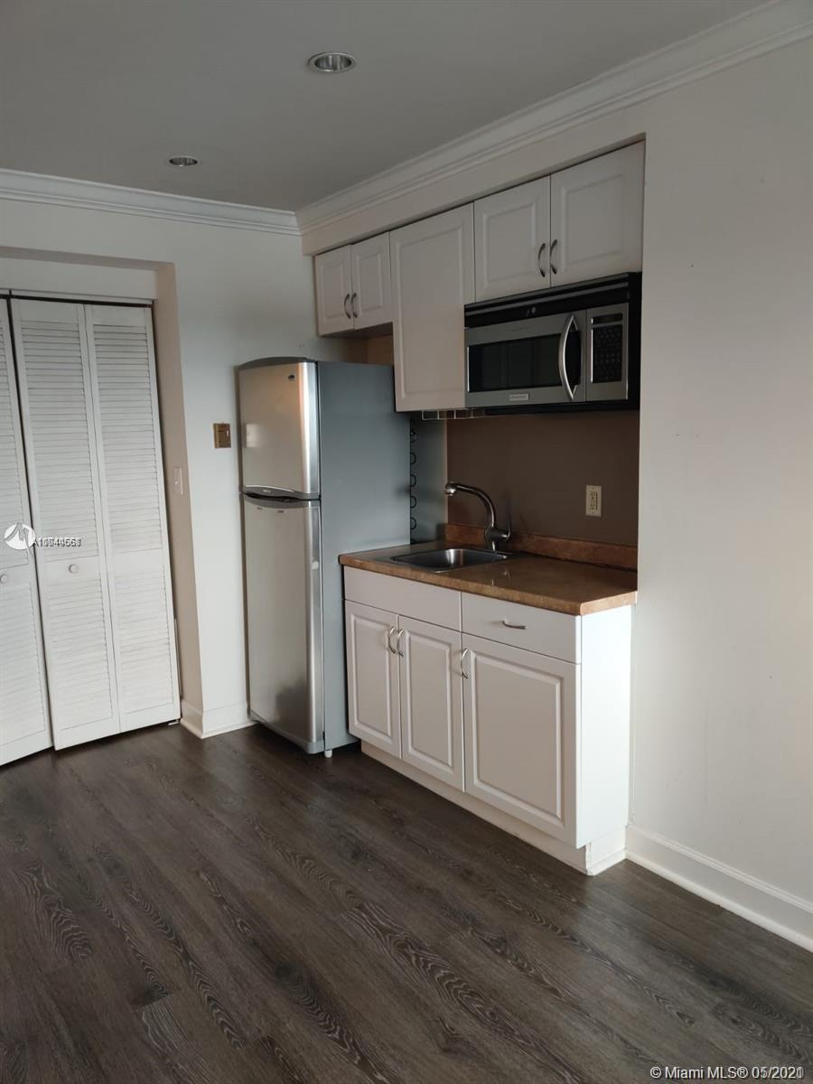 Excellent unit in Sunset Place near shops, restaurants, Metrorail, and University of Miami. Great investment opportunity!