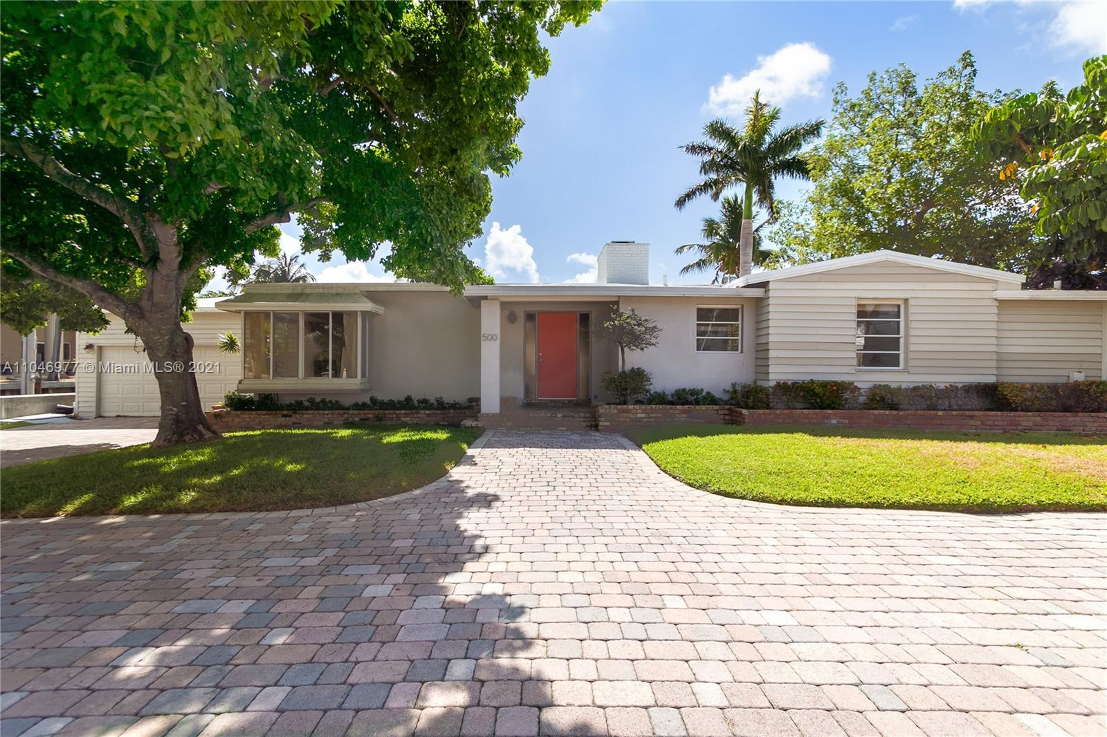 *** Price is WEEKLY!!!. Please inquire about longer or shorter stays and rates.*** This amazing home is steps to the beach and has no fixed bridges to the ocean. The home features a large water frontage and private pool. Plenty of sun with limited trees around the pool, but plenty of area to stay cool.