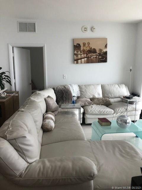 Beautiful layout with all rooms overlooking the Bay in the best part of downtown.  Big 1 bedroom plus den and two full bathrooms. Great building with huge deck pool, very well equipped gym, theater, social room, storage and 1 assigned parking with option to upgrade a second parking for a monthly fee.  Walking distance from everything: stores, Bayside, museums, Dade college, and 1 block from metrorail station.