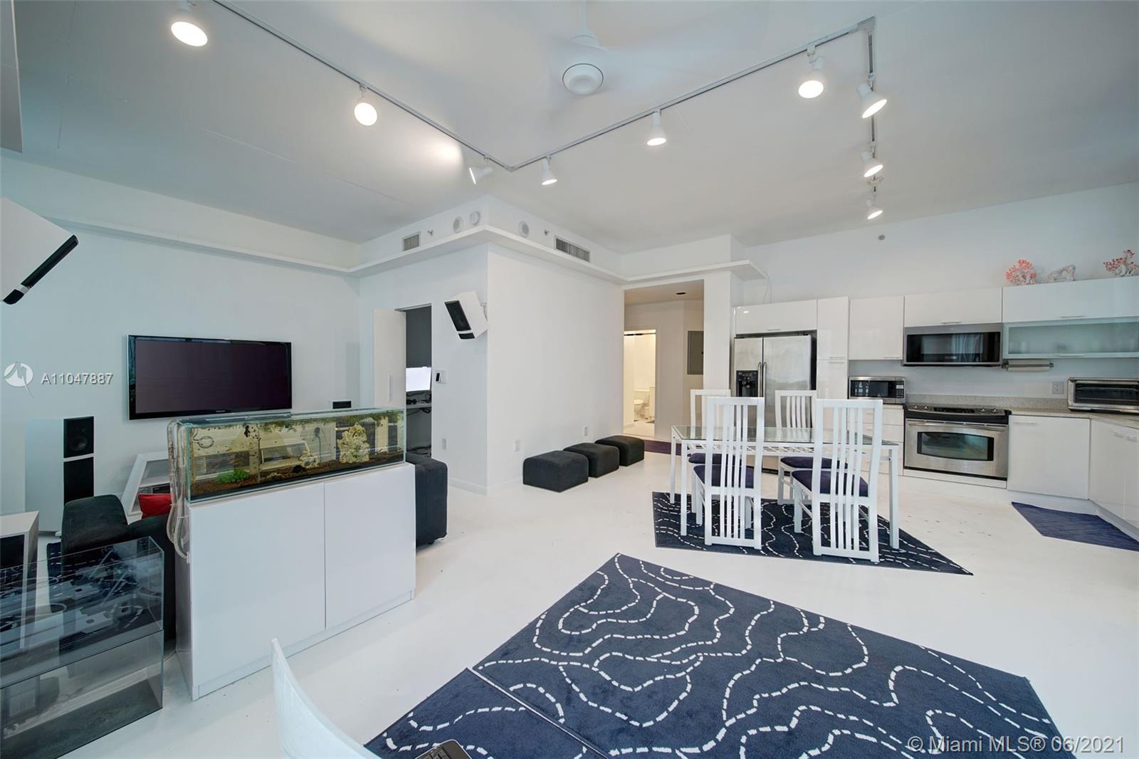 """Large """"L"""" shaped loft with two closets in the center of the magic city walk to Bayside shopping, Arsht Center opera house & concert hall, American Airlines Arena and some of the city's best restaurants. Commute with ease via the Metro Rail just steps away from the building."""