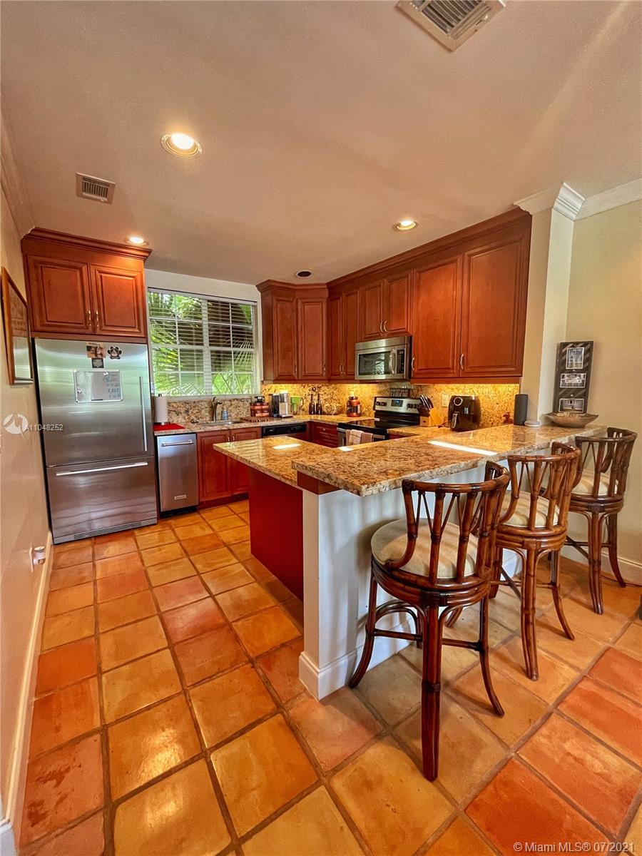Nice tri-level townhouse in desirable South Miami.  Convenient location near Sunset Place, restaurants, and shopping.