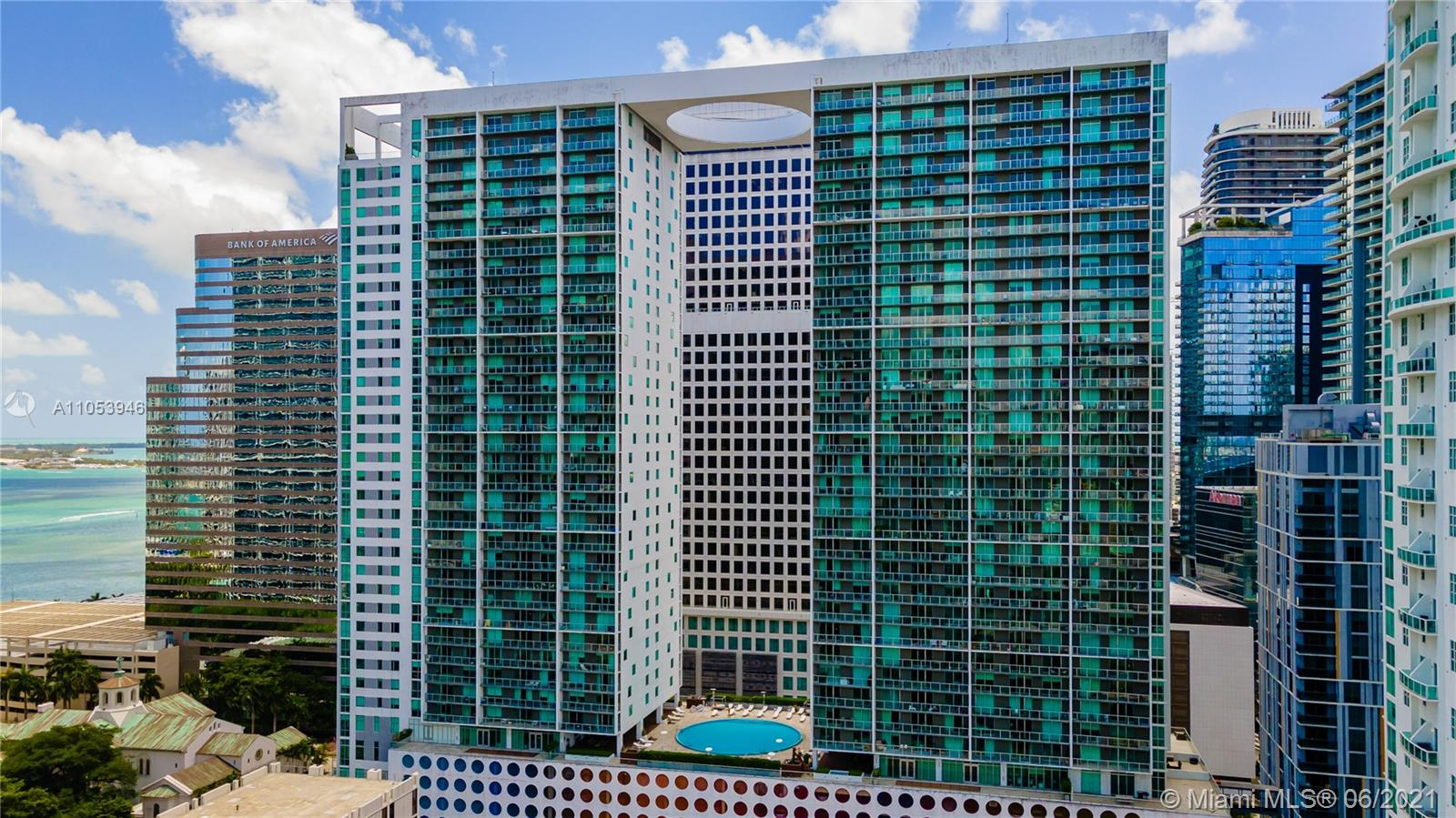 In the heart of downtown Miami, with a luxury urban oasis lifestyle, this corner unit offers spectacular views of the downtown Miami skyline and the Miami River.  On the 41st floor, with top quality stainless steel appliances.  Enjoy all the amenities: pool, gym, clubhouse, resident pool with sundeck, party rooms.  Exclusive and exciting nightlife, restaurants, bars in Brickell and Miami Downtown.  Easy access to Metro Mover and I-95.  Close to downtown Brickell.