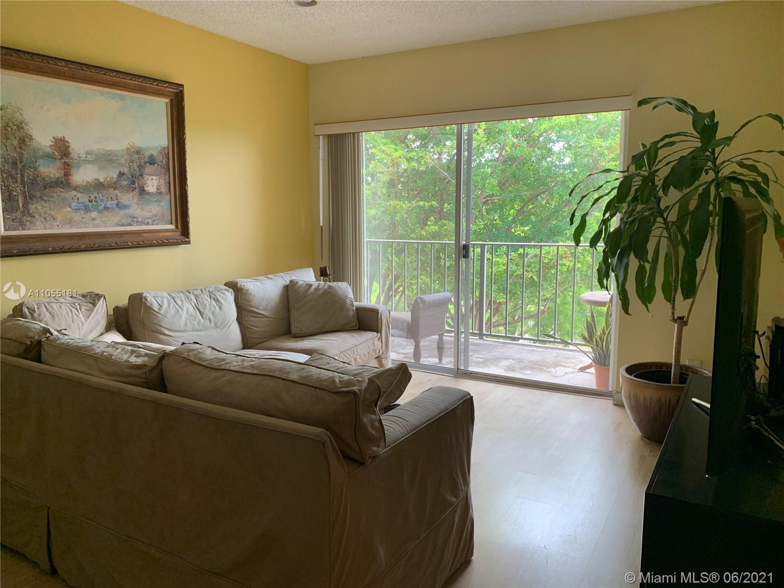 Beautiful and spacious 1bed/1 Bath unit in quiet community. Located in highly sought after Kings Creek community. Conveniently located near Dadeland Mall, Metro Rail, and Palmetto expressway. Maintenance fee includes water/sewer, basic cable and access to the Kings Creek amenities which include a pool, tennis courts, playground, basketball court, community room and more.