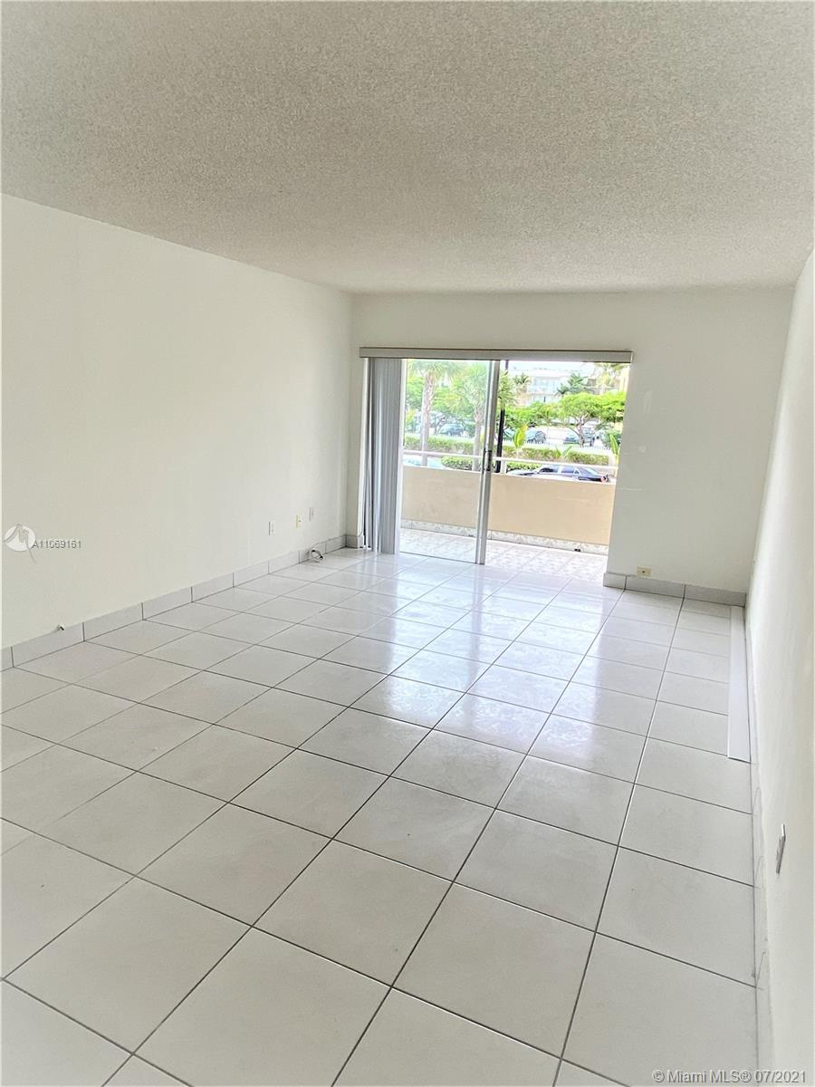A WELL KEPT AND NEAT DEVELOPMENT CLOSE TO DADELAND MALL AND MIAMI DADE COLLEGE. New totally renovated kitchen. GATED COMMUNITY WITH SECURITY GUARD. A NICE,NICE UNIT.! EASY TO SHOW.