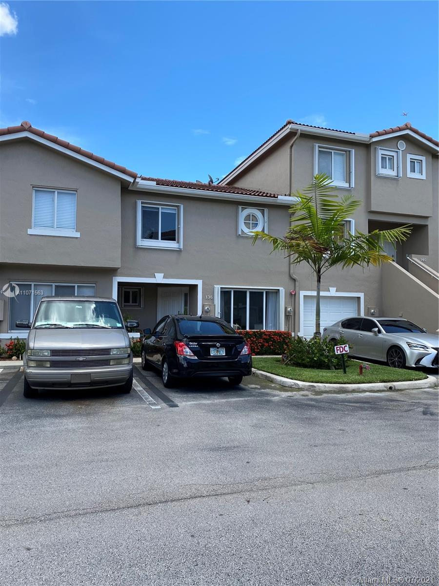 Great town home 3/2 for living Weston style. immediately occupancy. Remodeled bathrooms, kitchen and floor. low maintenance, association include roof insurance, exterior paint, fences, of the pool and common areas. No HOA approval. ok to lease.