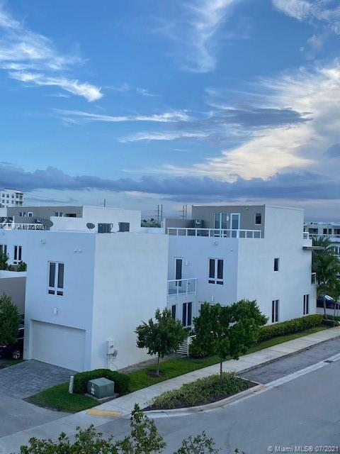 Spectacular corner unit Townhouse with efficiency, 3 stories, 2 terraces, BBQ, 3 Beds and 4 baths. It is the largest model. Modern, stain steel appliances, no carpet and fantastic amenities.