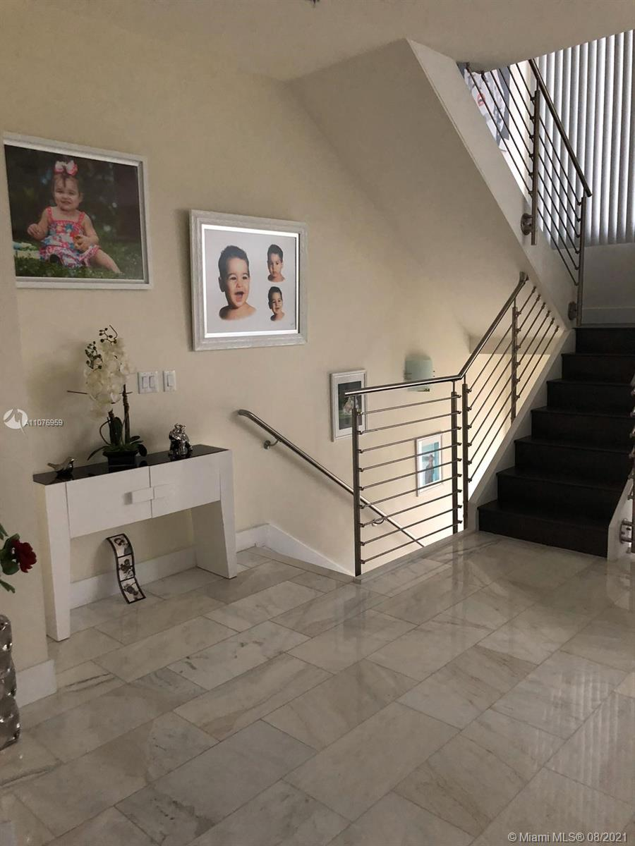 Luxury townhouse whit 1 Bedrooms 1 Bathroom in first floor, glass doors, 2 Car Garages. This Modern Unit Has An Elevator To Move You Out Between The Three Floors. Kitchen With Stainless Steel Appliances and quartz. Terrace. club house. New photos add when the owners moving