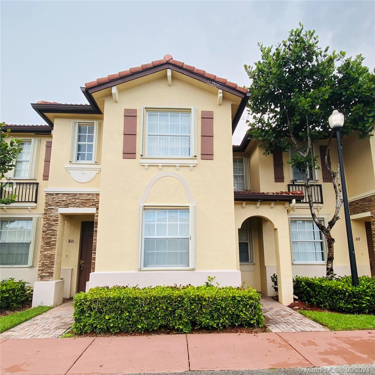 Townhouse for rent in Malibu Bay Community (Villas of Carmel) 3 bedrooms and 2.5 bathrooms. Title floors, fence yard, Salinas model. 30 days association approval . Gated community with a resort  club house . Excellent location in Homestead . Easy to show