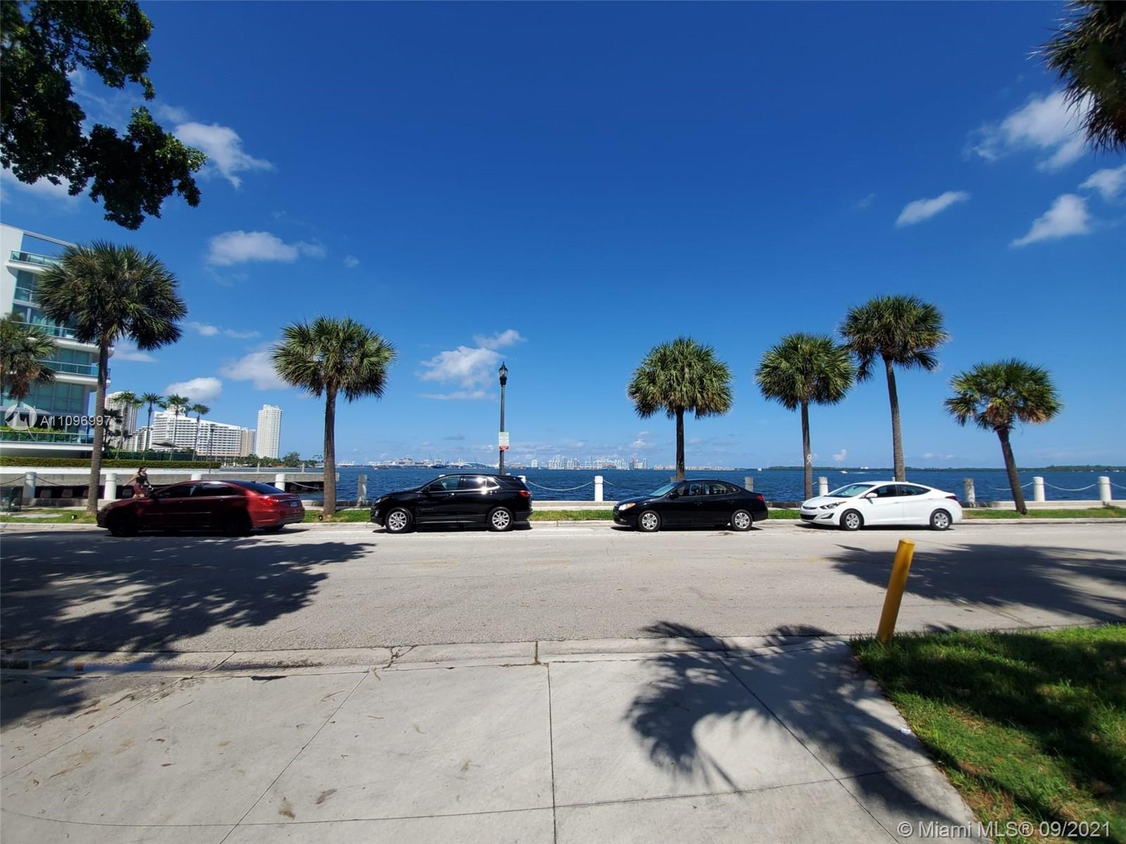 BEAUTIFUL AND VERY WELL MAINTAINED APARTMENT ON THE GROUND FLOOR, BRIGHT AND LARGE SPACES. WASHER DRYER IN UNIT, EASY ACCESS TO AMENITIES AND PARKING, NICE BALCONY. THE BUILDING IS IN FRONT OF THE BAY, AND LOCATED IN THE HEART OF THE MIAMI FINANCIAL DISTRIC  BEAUTIFUL HEATED COMMUNITY POOL W/BBQ/GREEN AREA. GYM. CONCIERGE.