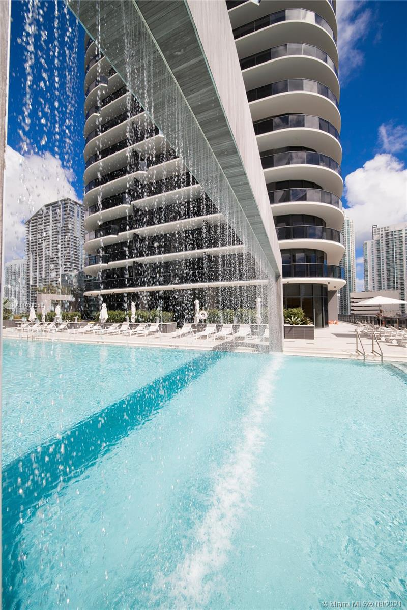 Espectacular unit in Brickell Heights 3 hab/3.5bath, complete style resort. Custom closets, Italian design Furniture, fully equipped, and natural light through all unit to enjoy your stay. Appliances with the latest technology and design. Near to Brickell City Center, restaurants, and much more. Fully Furnished. Excellent amenities, swimming pools, gym, movie theater, game room, etc. This property can be rented for a minimum of 2 months.