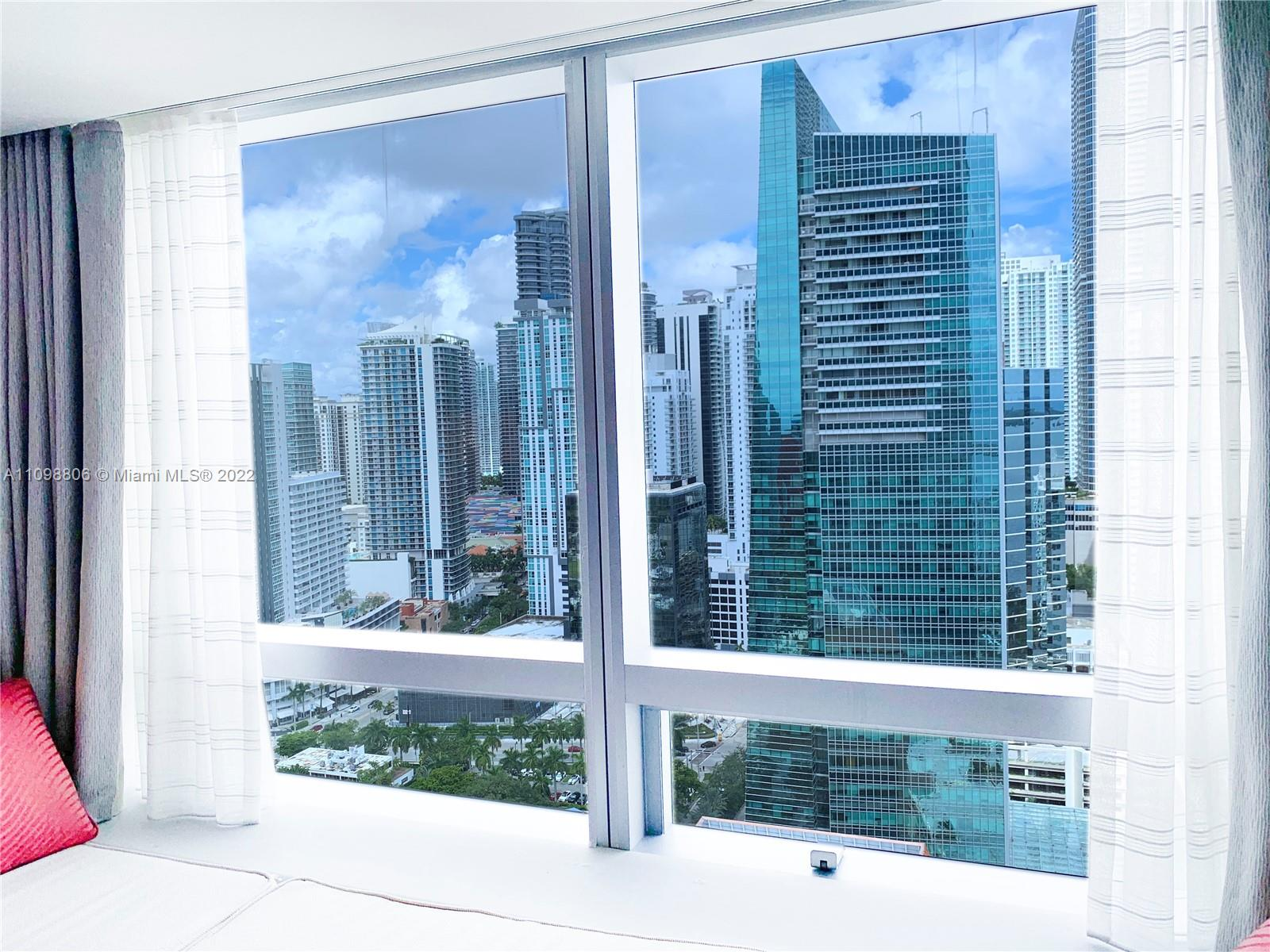 Stay in a 5 star apartment (1/1.5) in Four Seasons Brickell. Enjoy the luxury amenities and dinning inside the hotel and take a walk in the area.  The hotel / condo has two incredible pools with private cabanas, a spa, and delicious restaurants.  Rates may vary depending on the season and the lenght of the stay. MIN LENGHT STAY: 1 WEEK MAX LENGHT STAY: 3 MONTHS  Showings available with notice of 84 hrs in advance.