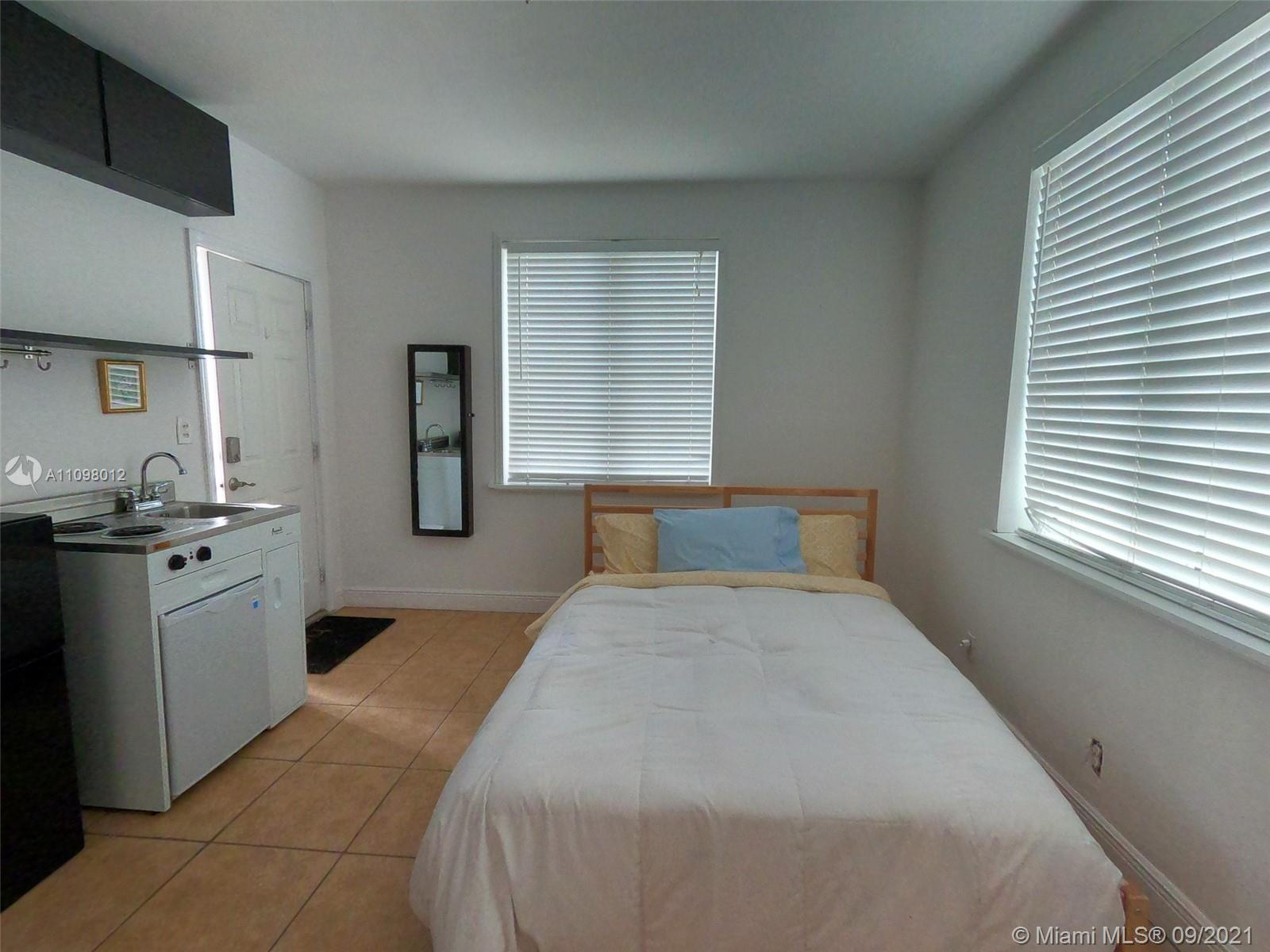Enchanted studio/efficiency on a second floor. Has plenty of natural light and it is all about location. The unit comes with a walking-closet, kitchenette, full bathroom, garage, great location and security.