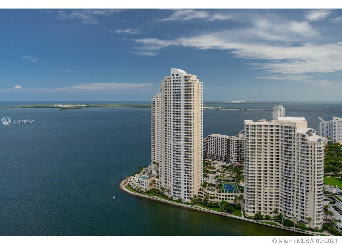 Beautiful 3 bedrooms in one of the best locations of downtown Miami, the best view in the building, very elegant complex with 24 hrs. security and all the amenities. Walkway to Bayside marketplace. A large wraparound terrace offers a 270 degrees views Po rt of Miami, South Beach, Fisher Island, Key Biscayne, Brickell Key and Brickell Ave Skyline