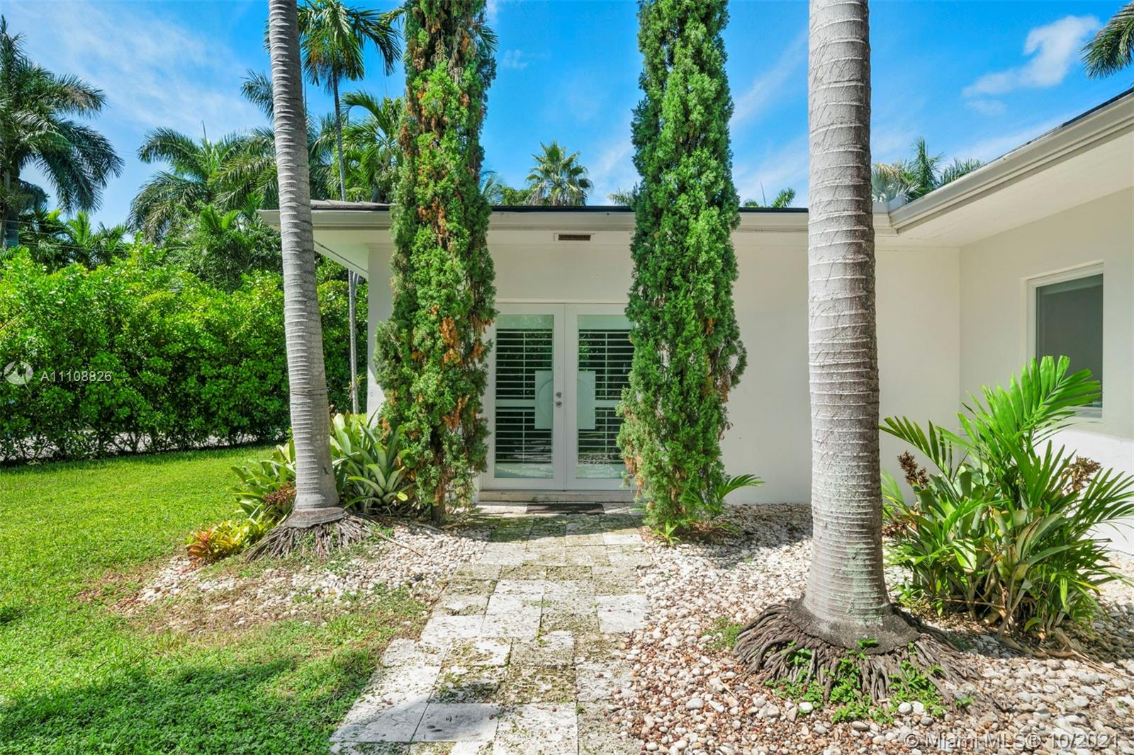 One story charming Miami Beach cottage with an open floor plan that is perfect for entertaining. Private corner lot tucked away close to the northern tip of San Marino Island.  The Venetian Island location has amazing proximity to Sunset Harbor as well as easy access to Downtown/Brickell/Design District/Wynwood and Edgewater.