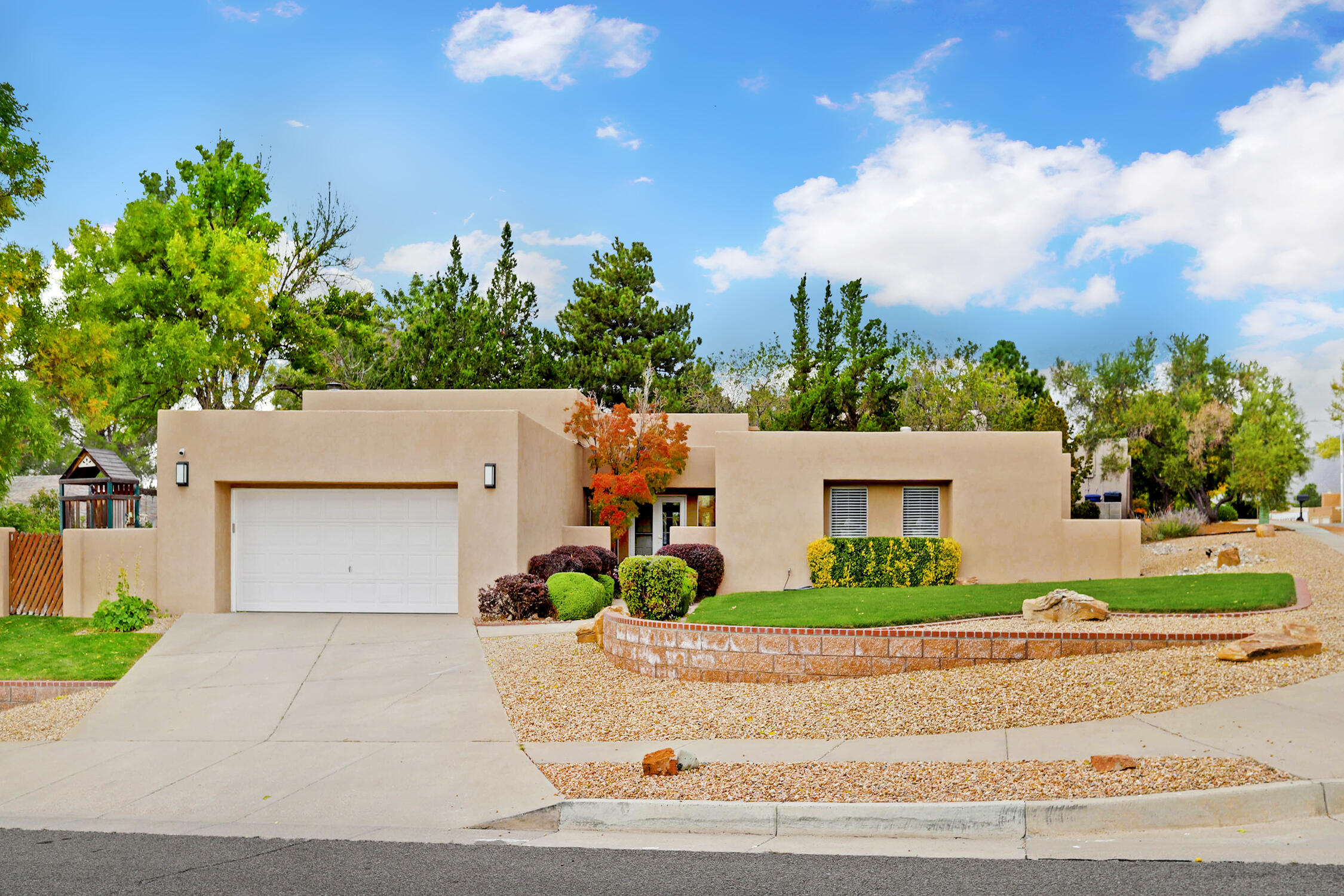 Sophisticated and Stylish Inman in Glenwood Hills! COMPLETE remodel of kitchen and bar area featuring new cabinets, appliances and quartz countertops, acacia hardwood floors and new baseboards were just installed less than a year ago, variance plaster treatment on several walls.  Floor plan features 2 big living spaces, high ceilings with walls of windows, a dining area plus an eat in kitchen, 3 good sized secondary bedrooms and a large owners suite with sitting area and fireplace.  Coveted neighborhood with easy access to hiking, biking trails and a nearby park. beautifully landscaped yards provide a perfect canvas for relaxing and entertaining. DON'T MISS all the extra space on the side yard! in the back.  Being so close to Tramway makes it a breeze to traverse the city!