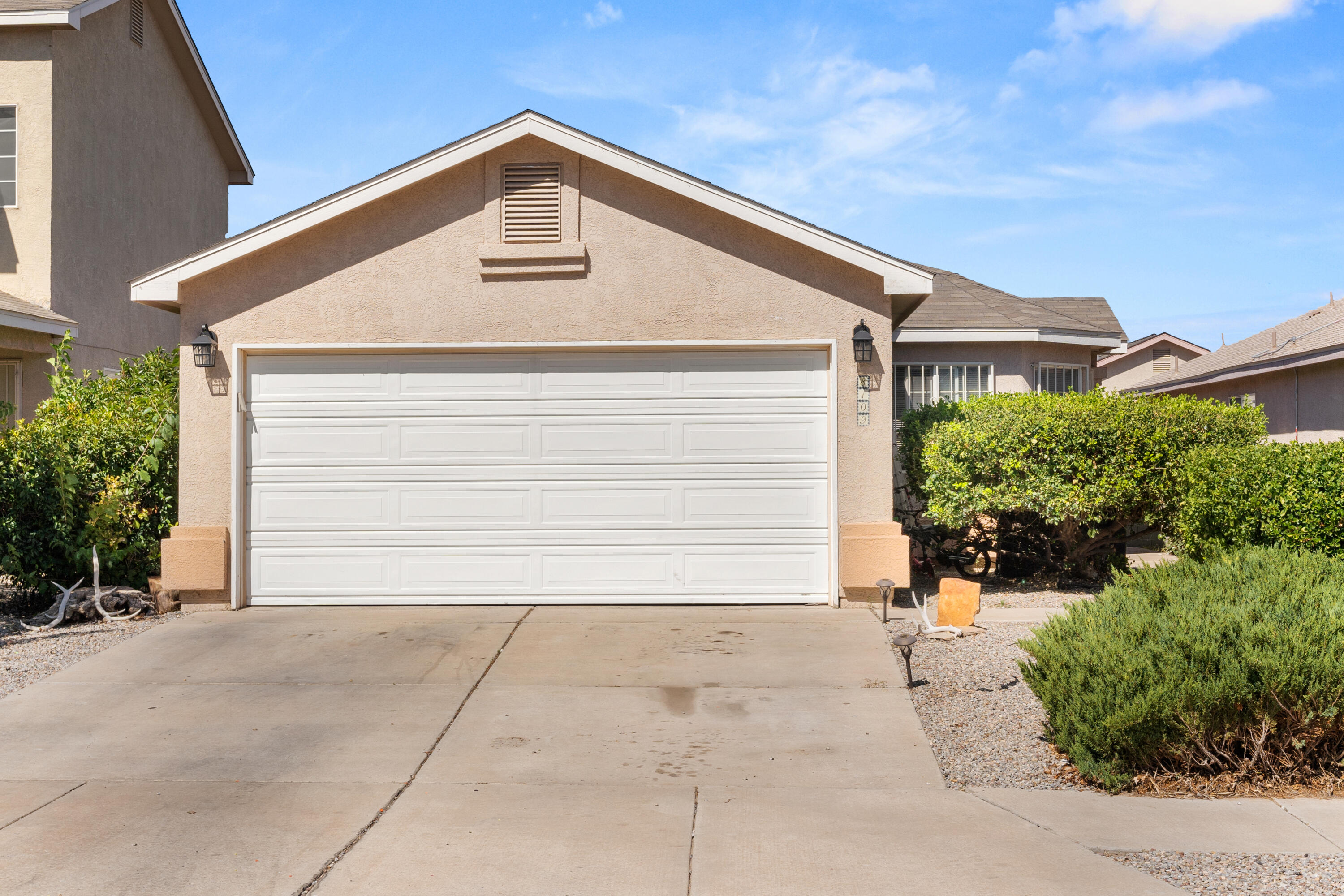 Beautiful home located in the gated community of Vista Sandia.  Open floor plan with laminate wood flooring and tile throughout. Beautiful backyard to relax in on those summer days. This beauty won't last long , schedule your showing today.