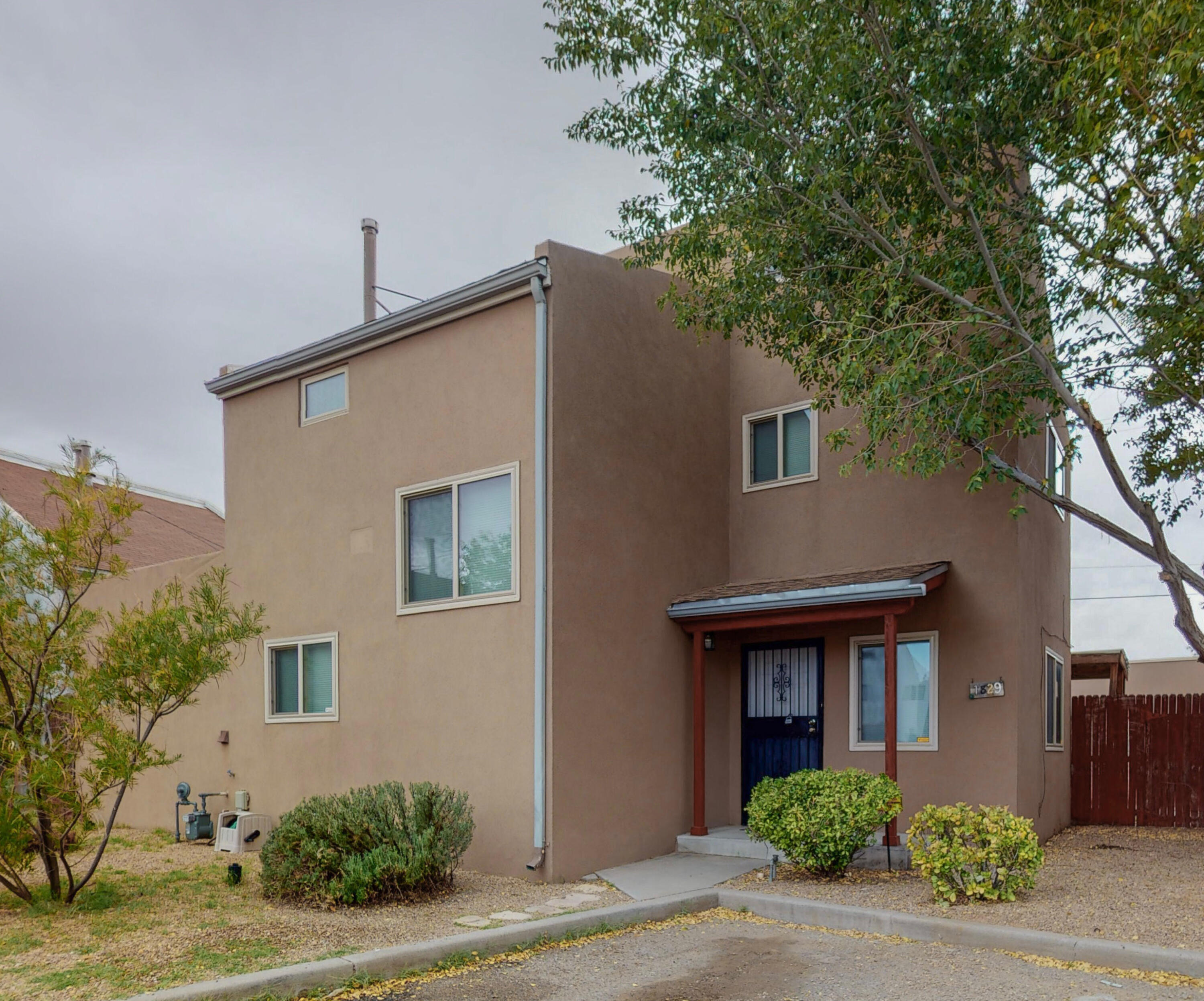 Move in Ready home in a great location. that has easy access to UNM,CNM Kirtland, Sandia Labs, Hospitals and the Freeway. Refrigerated Air on the end of a Cul De Sac.
