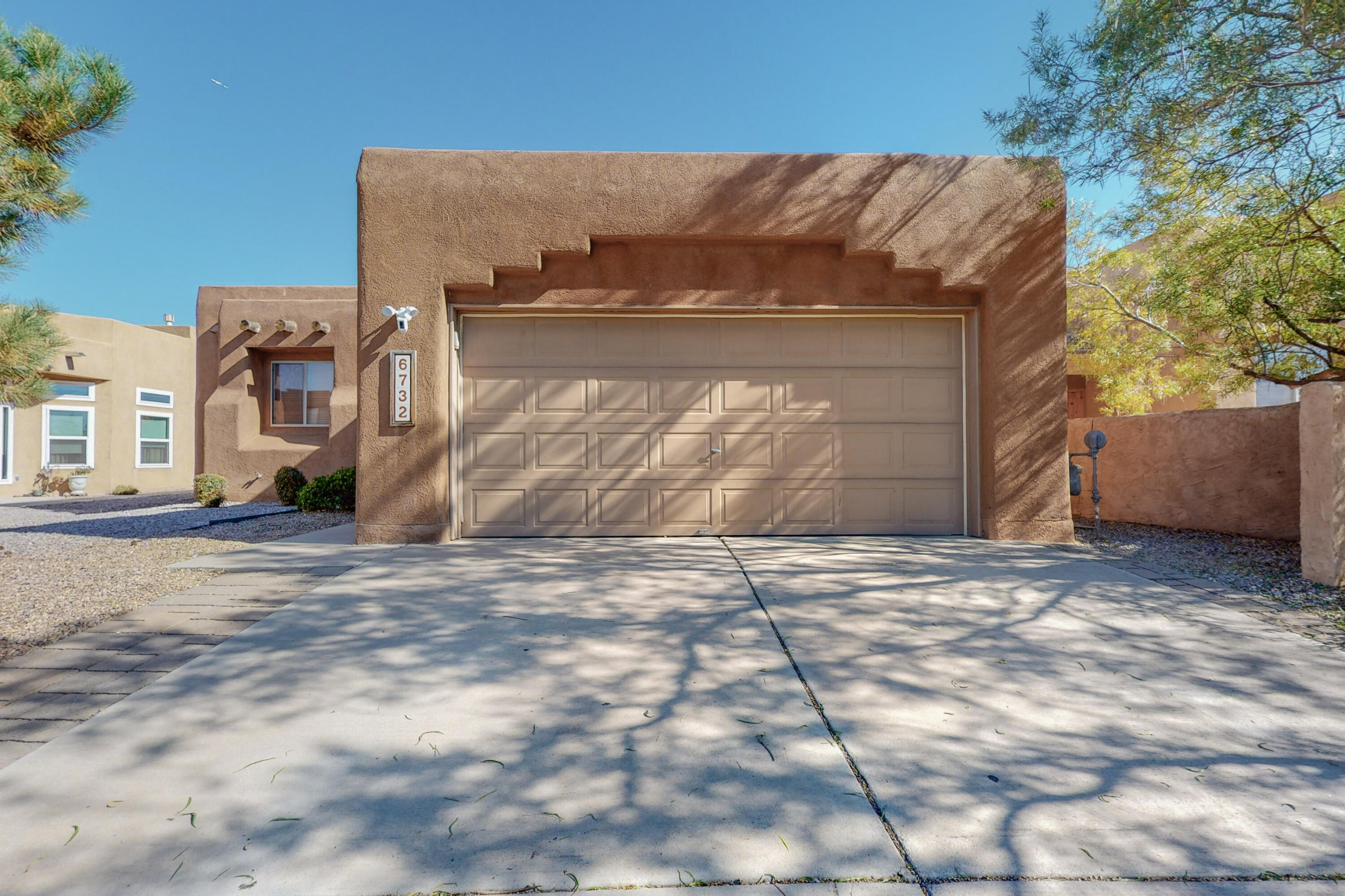 This turn key home is ready for its new owners.    This home is located in a desirable neighborhood with easy access to neighborhood parks, restaurants, shopping, freeway access and much more.  Schedule your showing today!!!