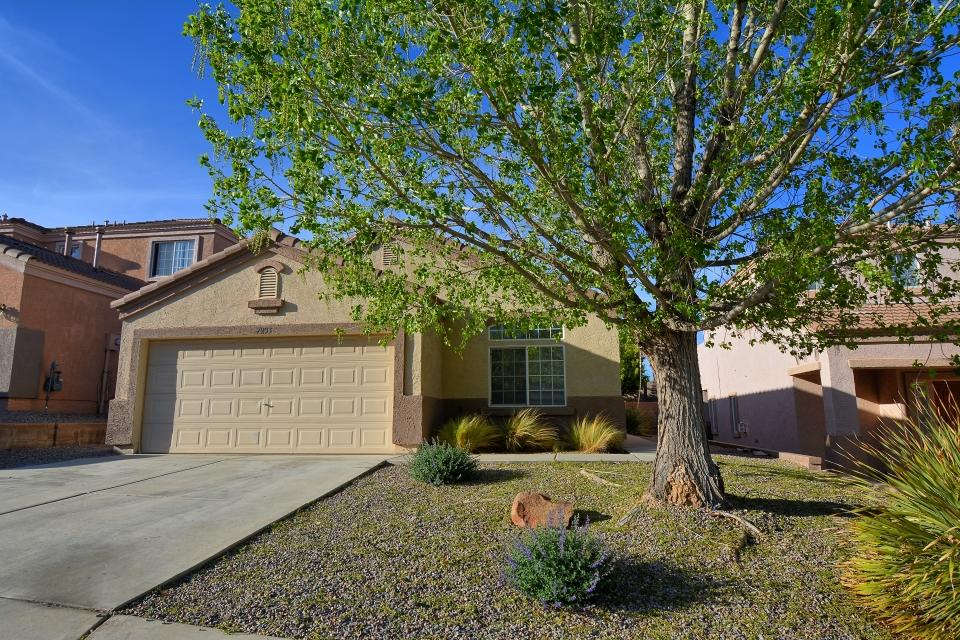 Great 4 bedroom home in Ventana Ranch! Enjoy the park down the street and several walking trails. New flooring in the kitchen and entry. Vaulted ceilings.  Master features two closets and garden tub with separate shower. Landscaping requires little maintenance. Come see it before it's gone!