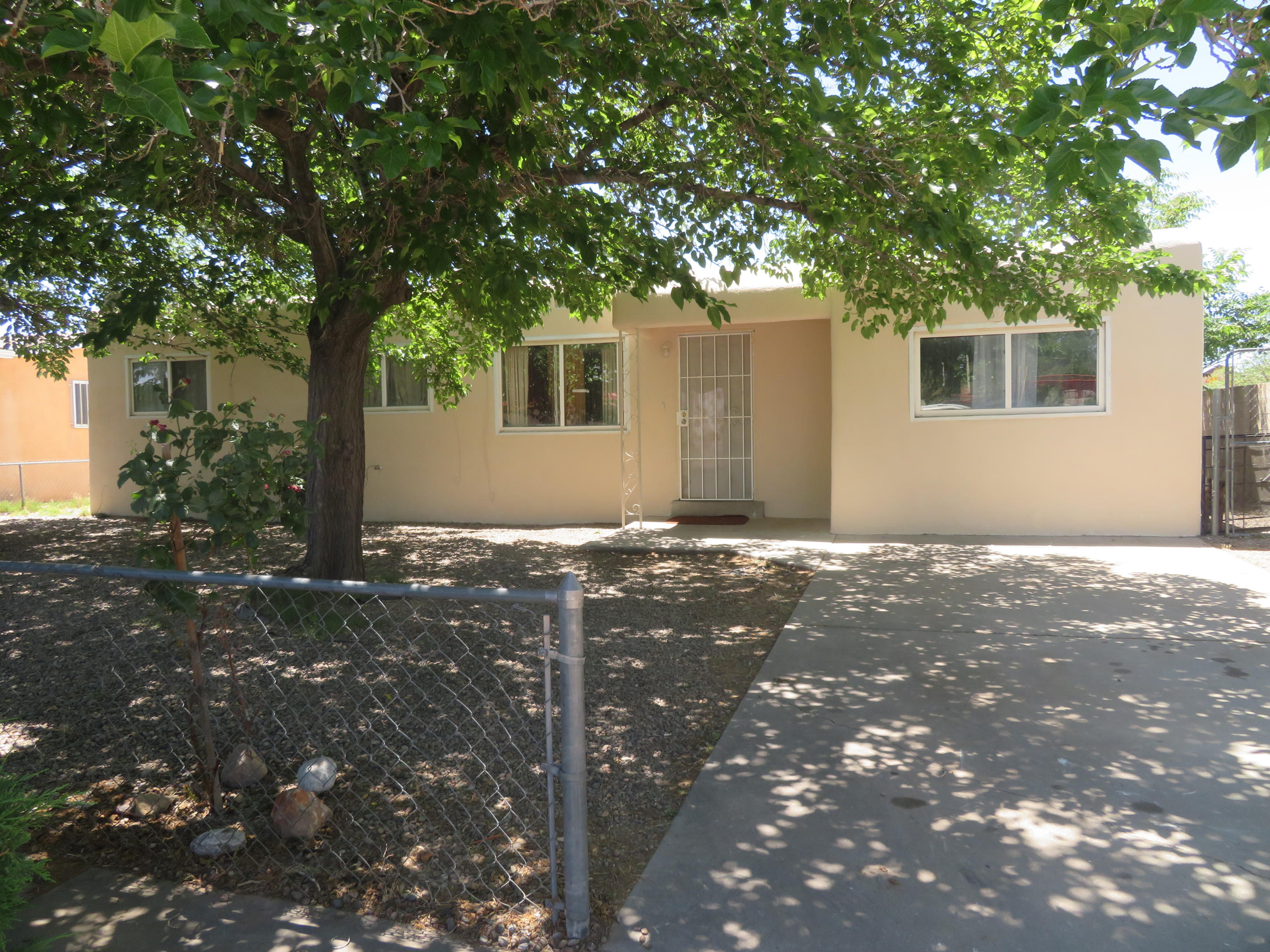 Great single story home with huge backyard located at the end of the cul-de-sac, this property features 3 bedrooms, 2 full bathrooms, new thermal windows, beautiful tile throughout, Spacious master bedroom! Kitchen with plenty of cabinets, freshly painted, come see today!!