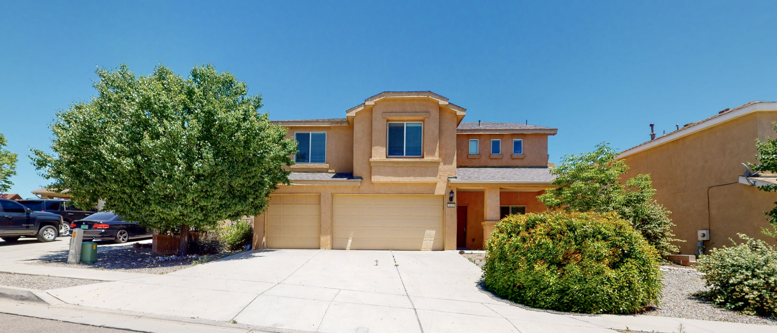 Welcome Home!Los Lunas home boasting over 3,000 square feet, 4 bedrooms, 2.5 bathrooms, loft, huge living space with a sizable yard backyard.