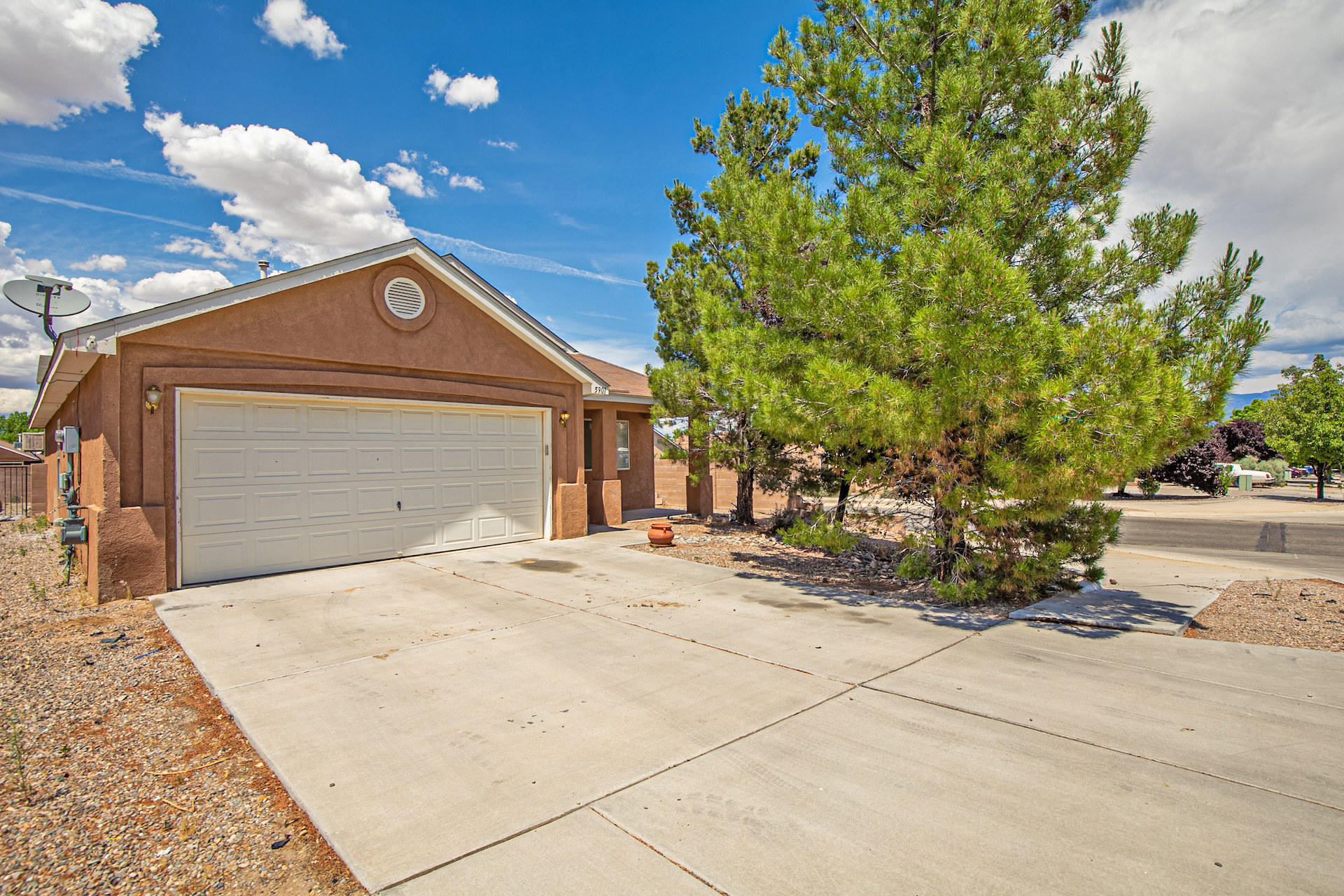 Corner Lot home! With newer carpet in bedrooms(2018). Updated light fixtures throughout the house. Near Movies, breweries, restaurants, fitness centers, as well as Rust Medical Center!