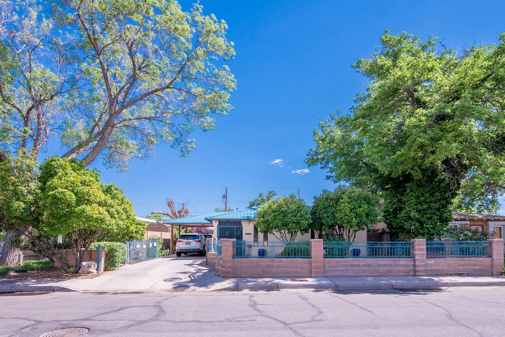 Amazing North Valley property that shows extreme pride of ownership. This home has it all updated windows, pro-panel roof refrigerated air and a guest house! The home has fresh paint and has been updated nicely also has Stainless Steel appliances. amazing virtual tour to check this out!