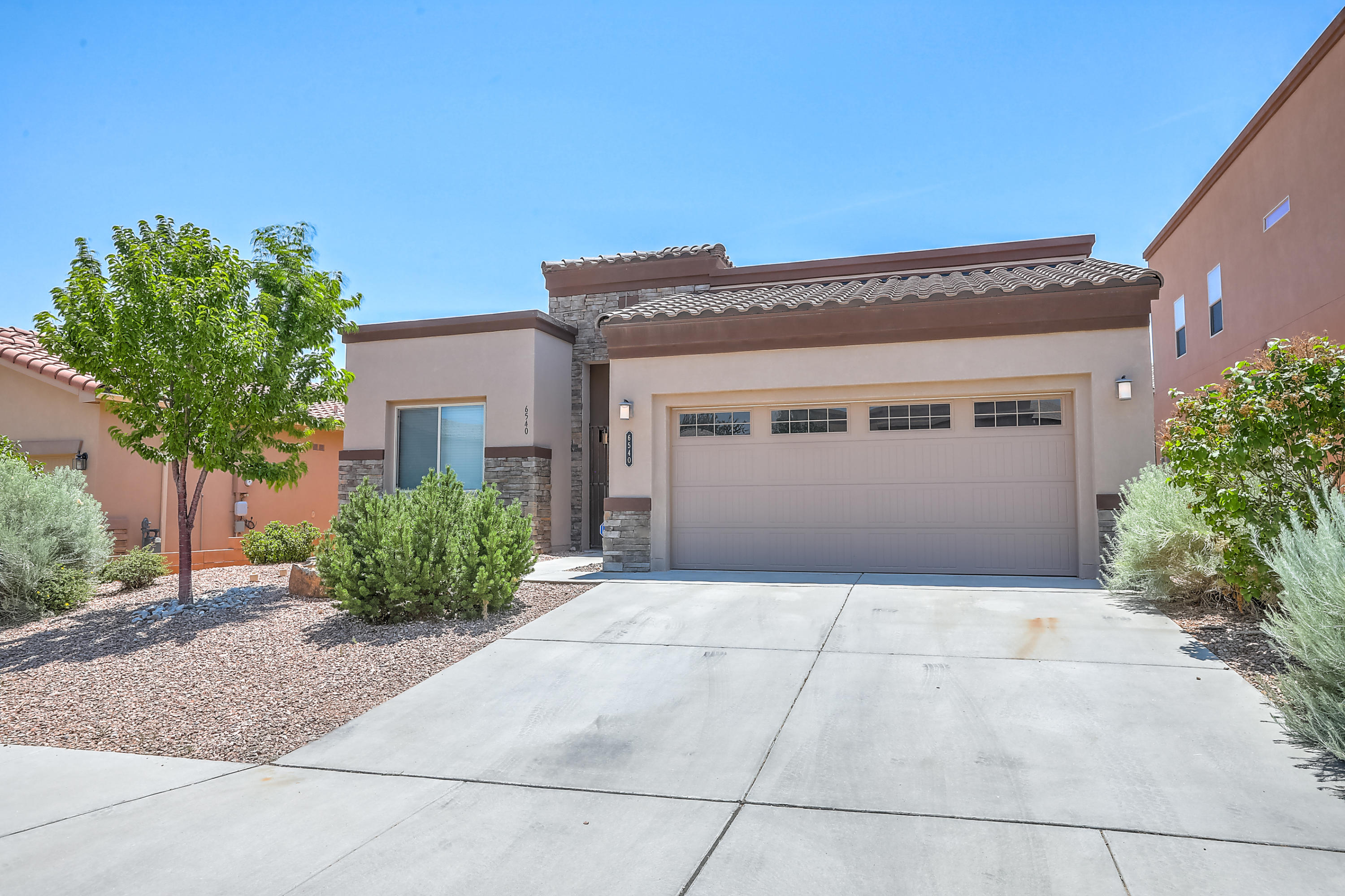 Beautiful D.R. Horton Build Green single story home located in Anasazi Ridge. Home features -  Large kitchen with island and executive cabinets/granite counter tops, large open great room, spacious master suite with huge walk in closet, an inviting backyard with covered patio and much more!