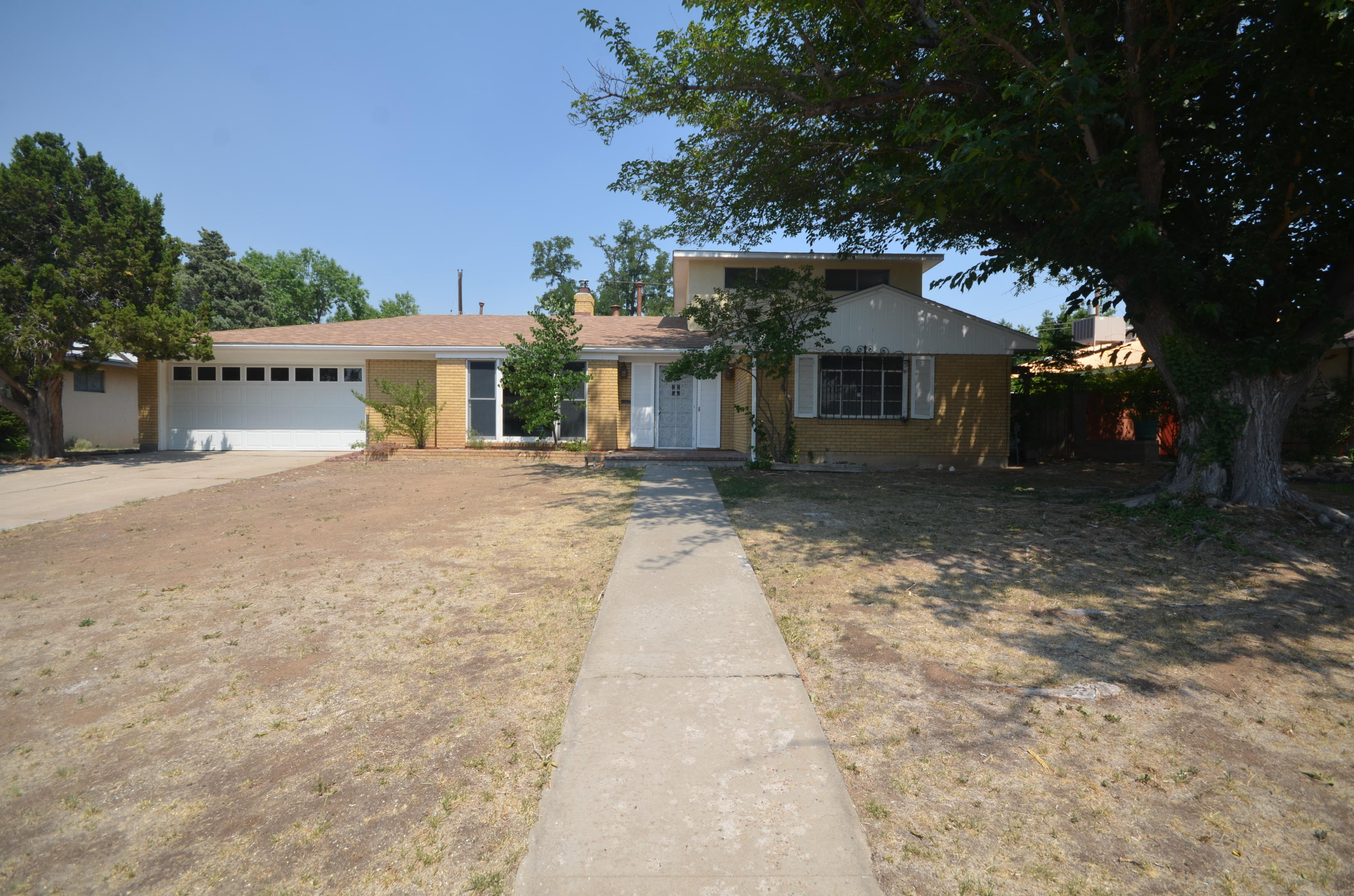 A Gorgeous Mossman home in a beautiful established neighborhood  Home features 3 wood burning fireplaces. Large living room, Family dining room. Kitchen offers updated stainless whirlpool appliances,  breakfast bar and breakfast nook. 2 Master suites 1 up 1 down.  Spacious den opens to a covered back patio, & more!  Freshly painted! New flooring! Family Home In Need Of New Owners!