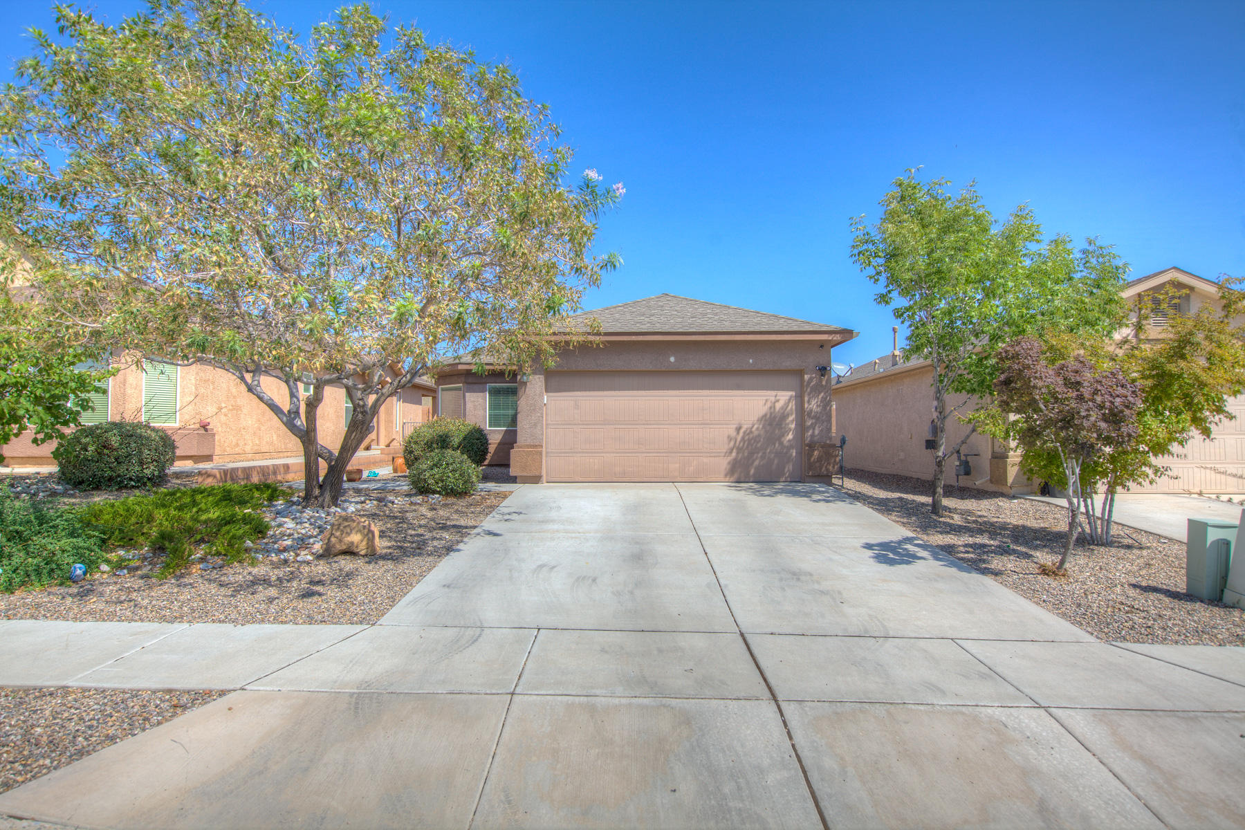 Beautiful 3 bedroom 2 bath 2 car garage home. Open light and bright new laminate wood floors in the kitchen an dining room. Newer carpet. move in ready.