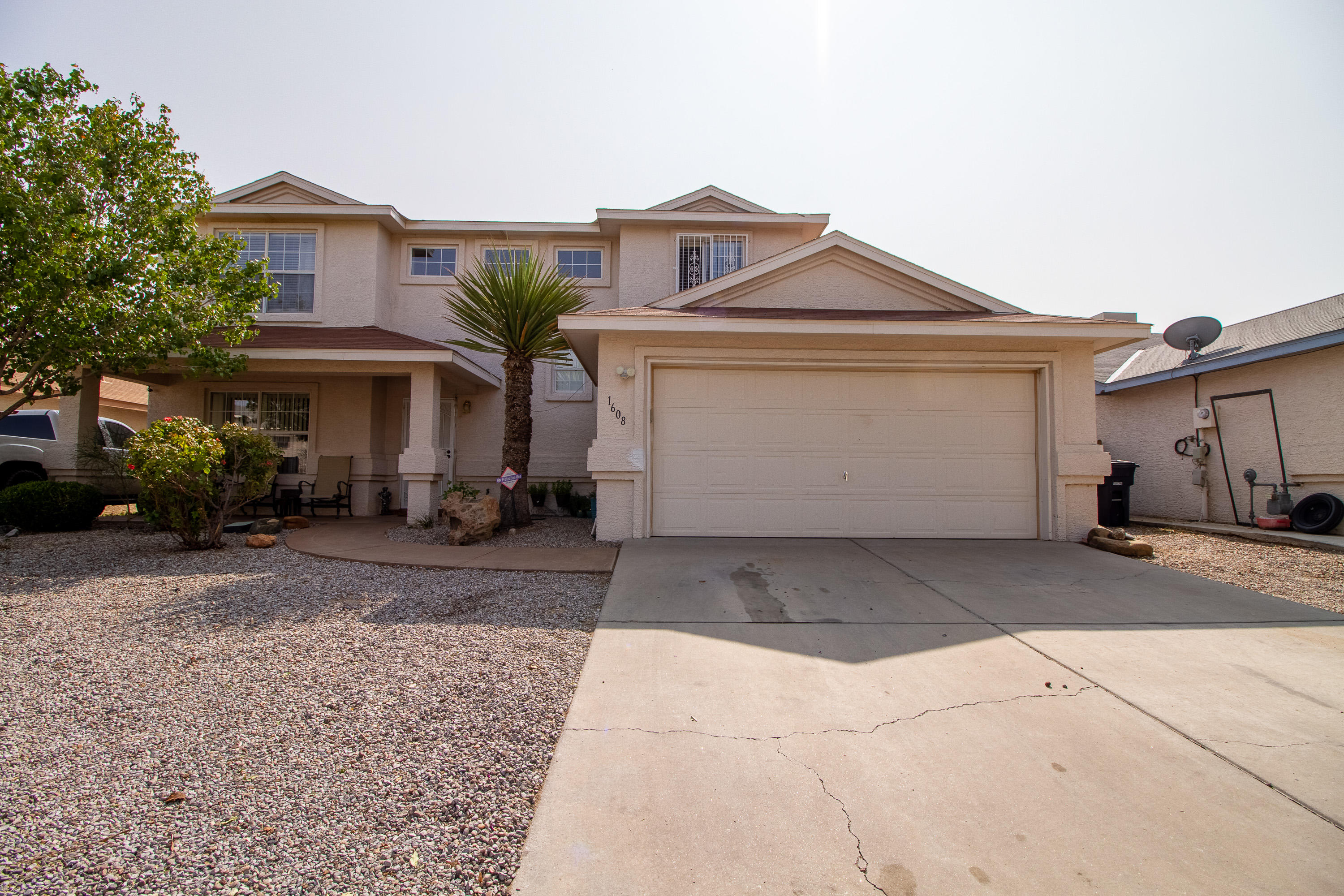 Welcome to this wonderful 2 story home with 4 Bedroom, 2 1/2 baths, with 2 living areas and a seperate formal dining room. Very well maintained with only one owner! This home has been loved by the same family for over 20 years and is ready for a new family to enjoy it along with its good sized back yard!!
