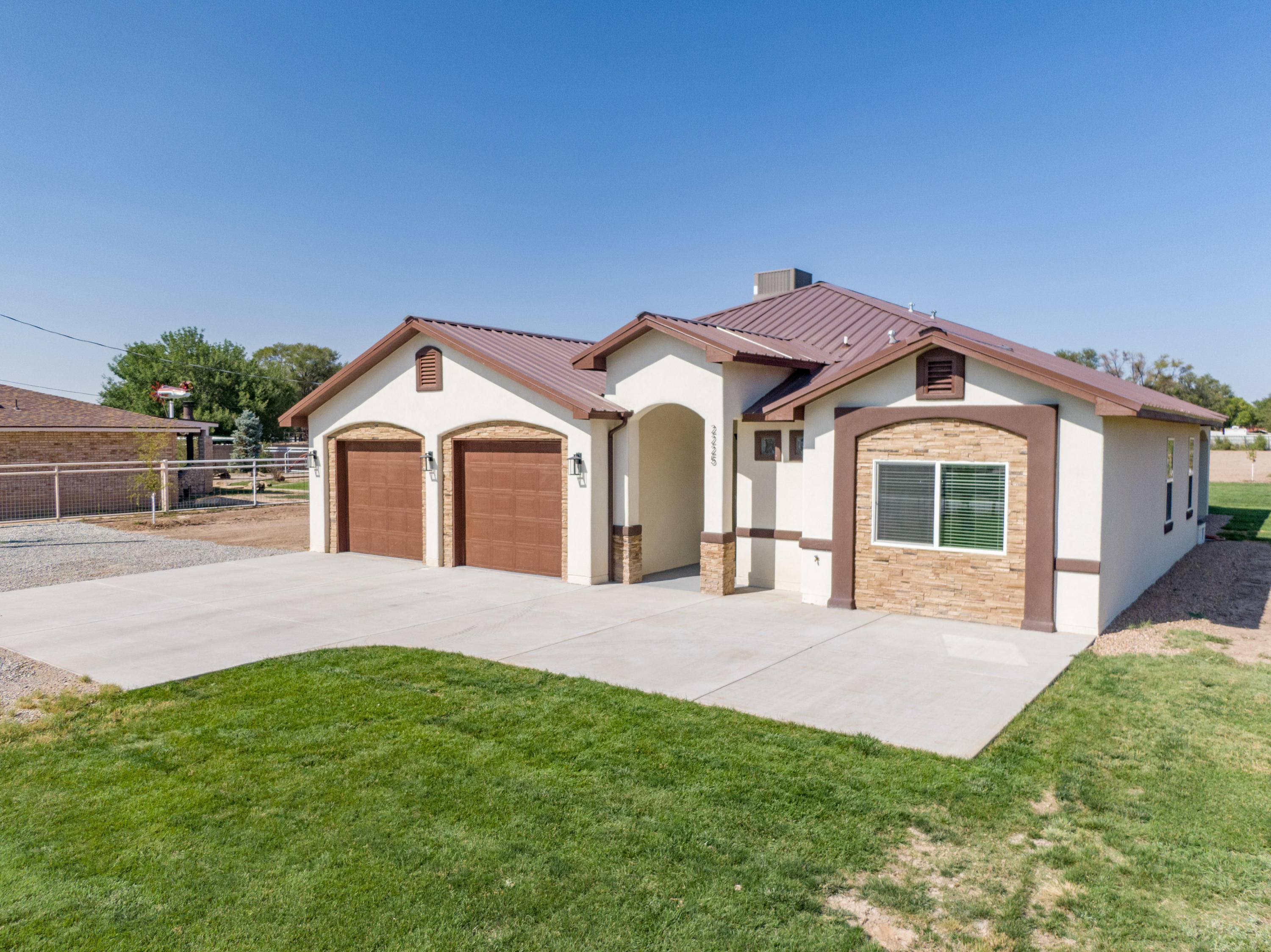 Welcome home to this beautiful newly constructed custom home on 1.25 serene acres in the highly desired Hubbell Acres neighborhood! With over 2600 sqft, this  gorgeous open concept floor plan includes tile floors throughout with 5 bedrooms (including two masters or mother-in-law quarters!), 3 1/2 bath, oversized 2 car garage, large island in the kitchen with custom cabinets, granite countertops, stainless steel appliances, double ovens and wine cooler. Perfect horse property!Schedule your private showing today, this one won't last long!!
