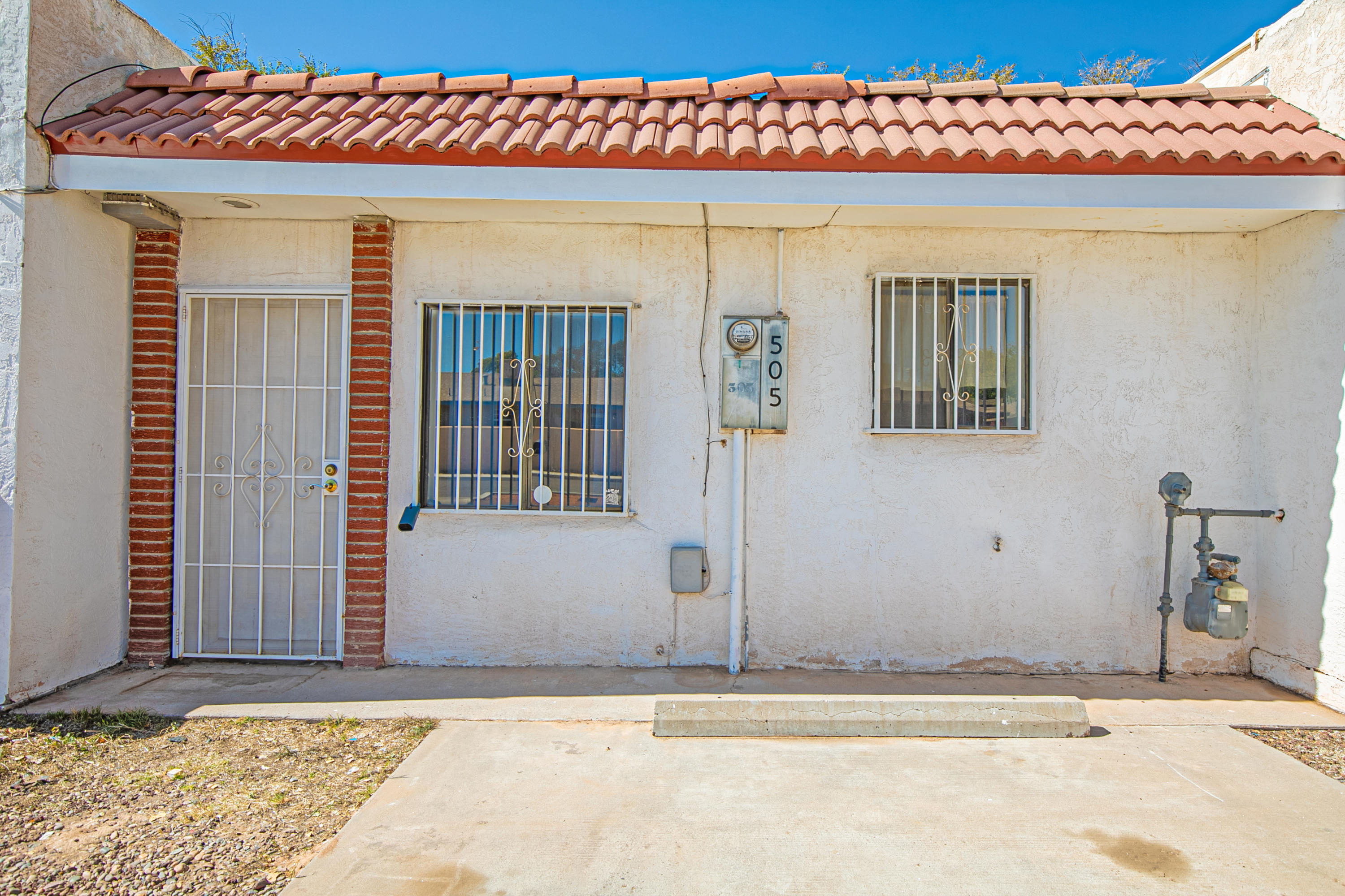Cute condo in the heart of Los Lunas. Convenient travel to schools, shopping, railrunner, and freeway access. There are NO HOA fees meaning payments may be lower than rent at this price range! TPO roof, nice laminate floors and tile throughout, and all appliances stay! This is move in ready!